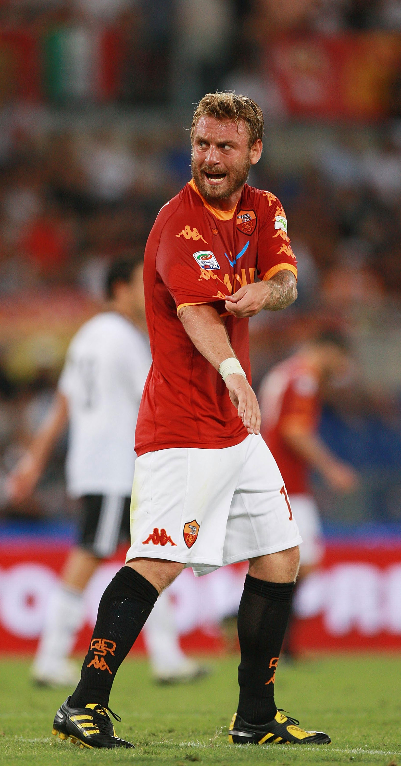 ROME - AUGUST 28:  Daniele De Rossi of AS Roma protest during the Serie A match between AS Roma and AC Cesena at Stadio Olimpico on August 28, 2010 in Rome, Italy.  (Photo by Paolo Bruno/Getty Images)