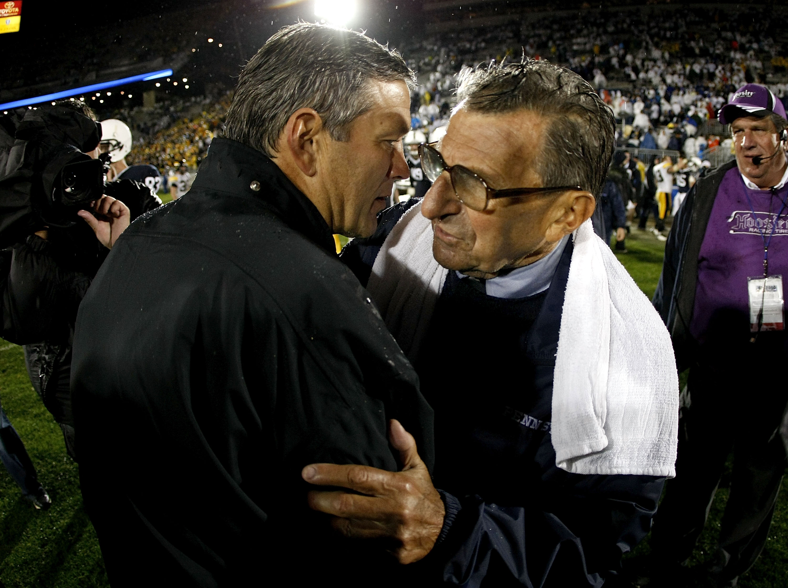 STATE COLLEGE, PA - SEPTEMBER 26:  Head coach Kirk Ferentz of the Iowa Hawkeyes shakes hands with head coach Joe Paterno of the Penn State Nittnay Lions after defeating them 21-10 on September 26, 2009 at Beaver Stadium in State College, Pennsylvania.  (P