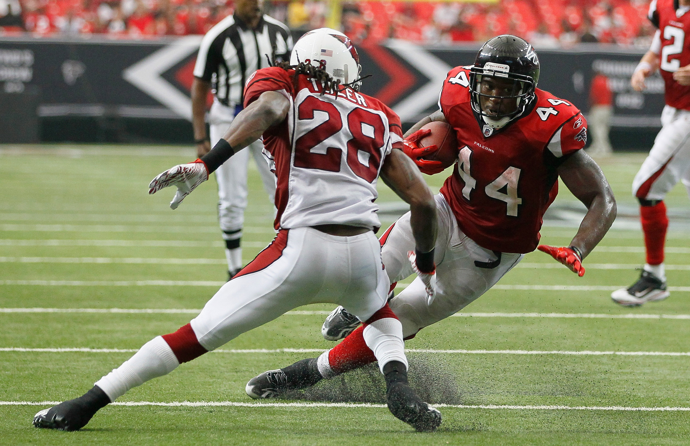 ATLANTA - SEPTEMBER 19:  Jason Snelling #44 of the Atlanta Falcons cuts back against Greg Toler #28 of the Arizona Cardinals at Georgia Dome on September 19, 2010 in Atlanta, Georgia.  (Photo by Kevin C. Cox/Getty Images)