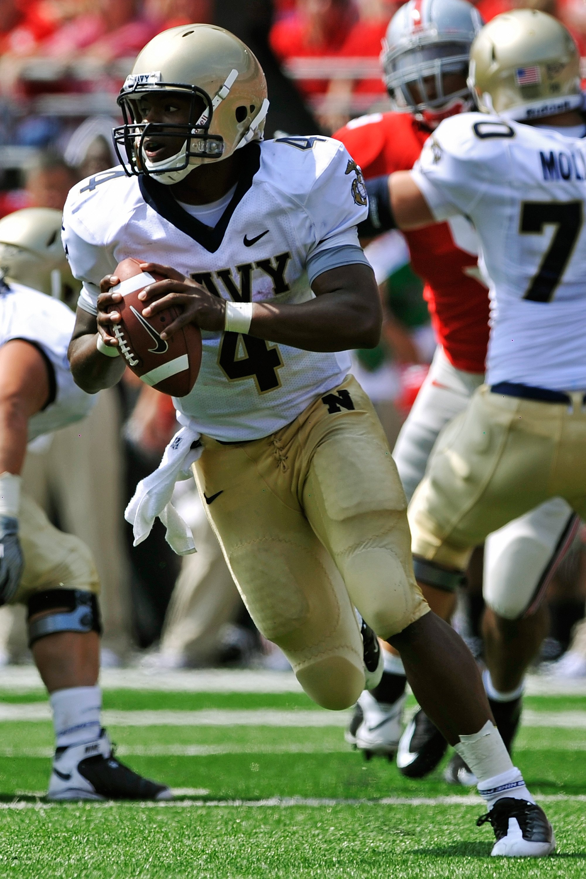COLUMBUS, OH - SEPTEMBER 05:  Quarterback Ricky Dobbs #4 of the Navy Midshipmen runs with the ball against the Ohio State Buckeyes at Ohio Stadium on September 5, 2009 in Columbus, Ohio.  (Photo by Jamie Sabau/Getty Images)