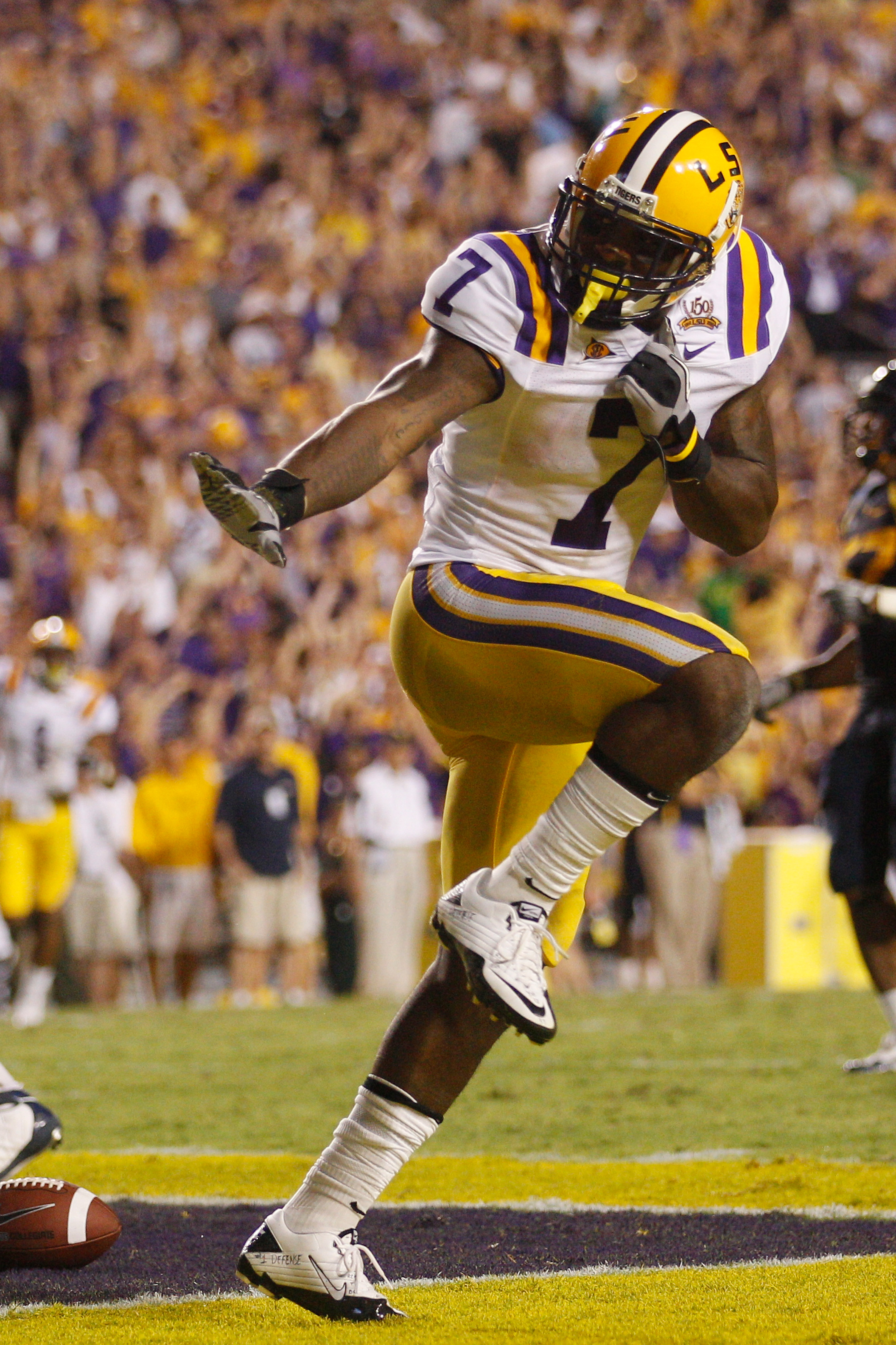 BATON ROUGE, LA - SEPTEMBER 25:  Patrick Peterson #7 of the Louisiana State Univeristy Tigers celebrates after scoring a touchdown by posing as the Heisman Trophy against the West Virginia Mountaineers at Tiger Stadium on September 25, 2010 in Baton Rouge