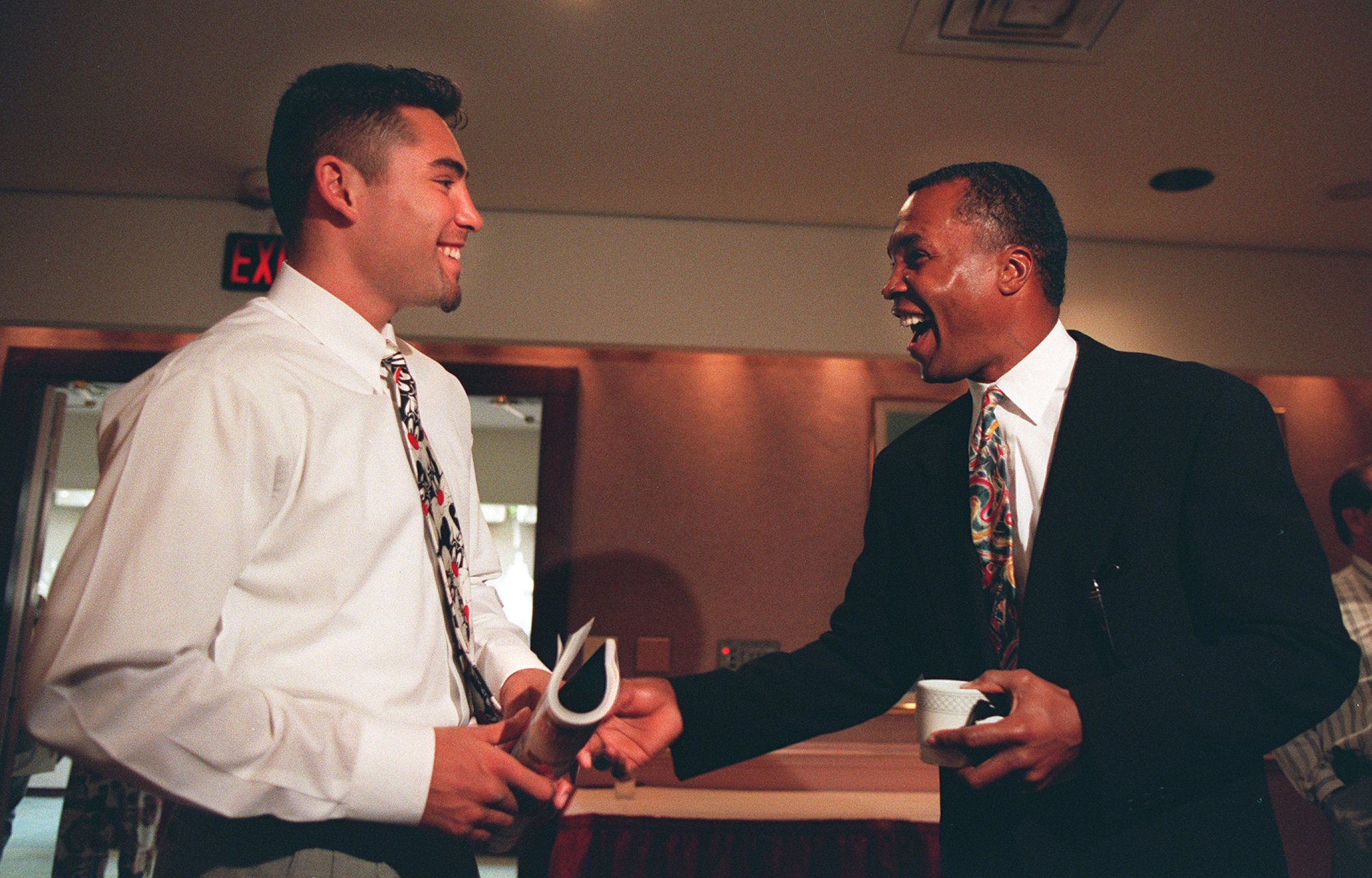 13 Apr 1994: 1992 OLYMPIC BOXING GOLD MEDALIST OSCAR DE LA HOYA, LEFT, SHARES A LAUGH WITH 1976 OLYMPIC BOXING GOLD MEDALIST SUGAR RAY LEONARD DURING A PRESS CONFERENCE PROMOTING DE LA HOYA''S UPCOMING FIGHT AGAINST GIORGIO CAMPANELLA IN LAS VEGAS NEXT MO