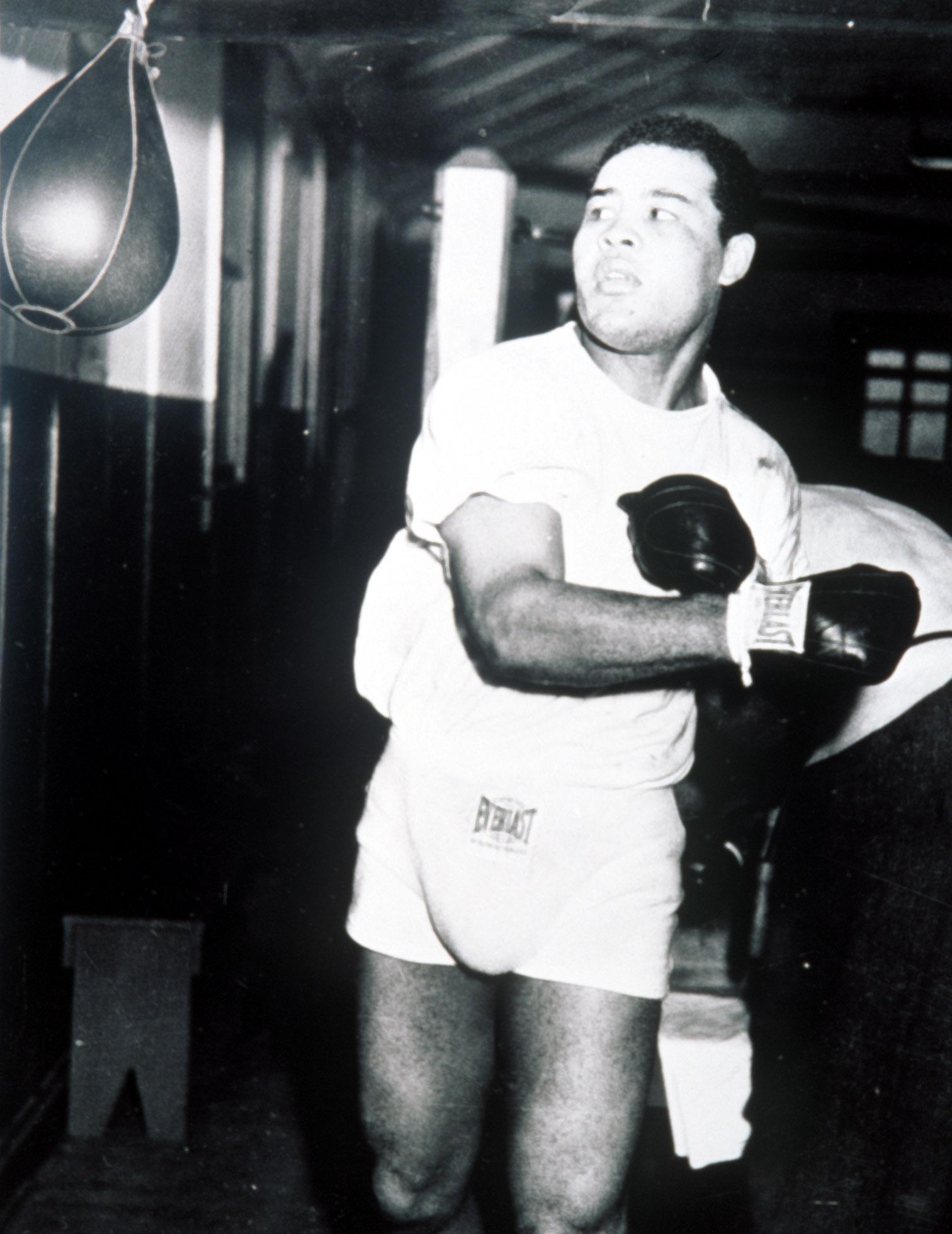 29 Nov 1947 :  Joe Louis in training for the fight against Jersey Joe Walcott. Credit :  Allsport. Mandatory Credit: Allsport UK/ALLSPORT