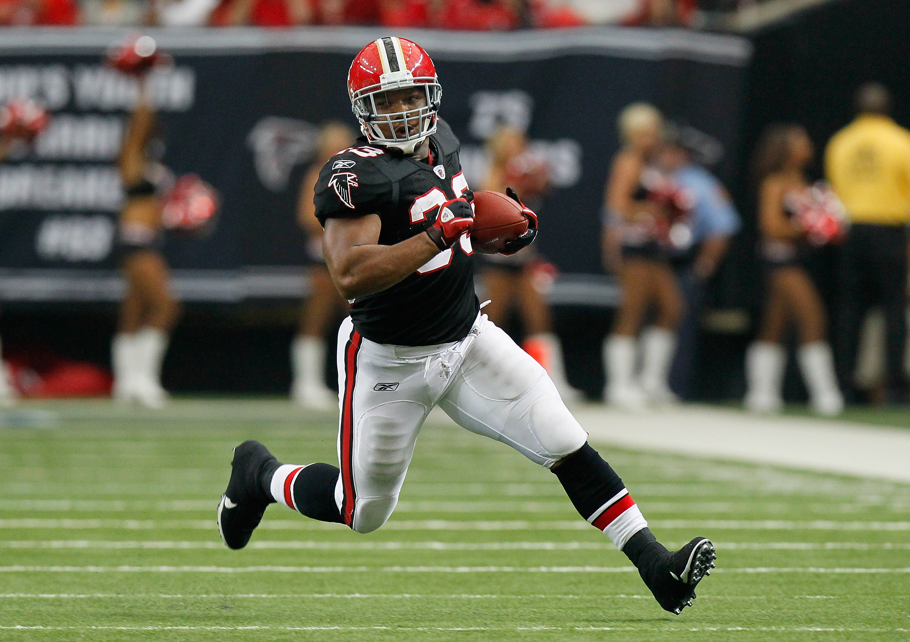 ATLANTA - OCTOBER 03:  Michael Turner #33 of the Atlanta Falcons rushes upfield against the San Francisco 49ers at Georgia Dome on October 3, 2010 in Atlanta, Georgia.  (Photo by Kevin C. Cox/Getty Images)