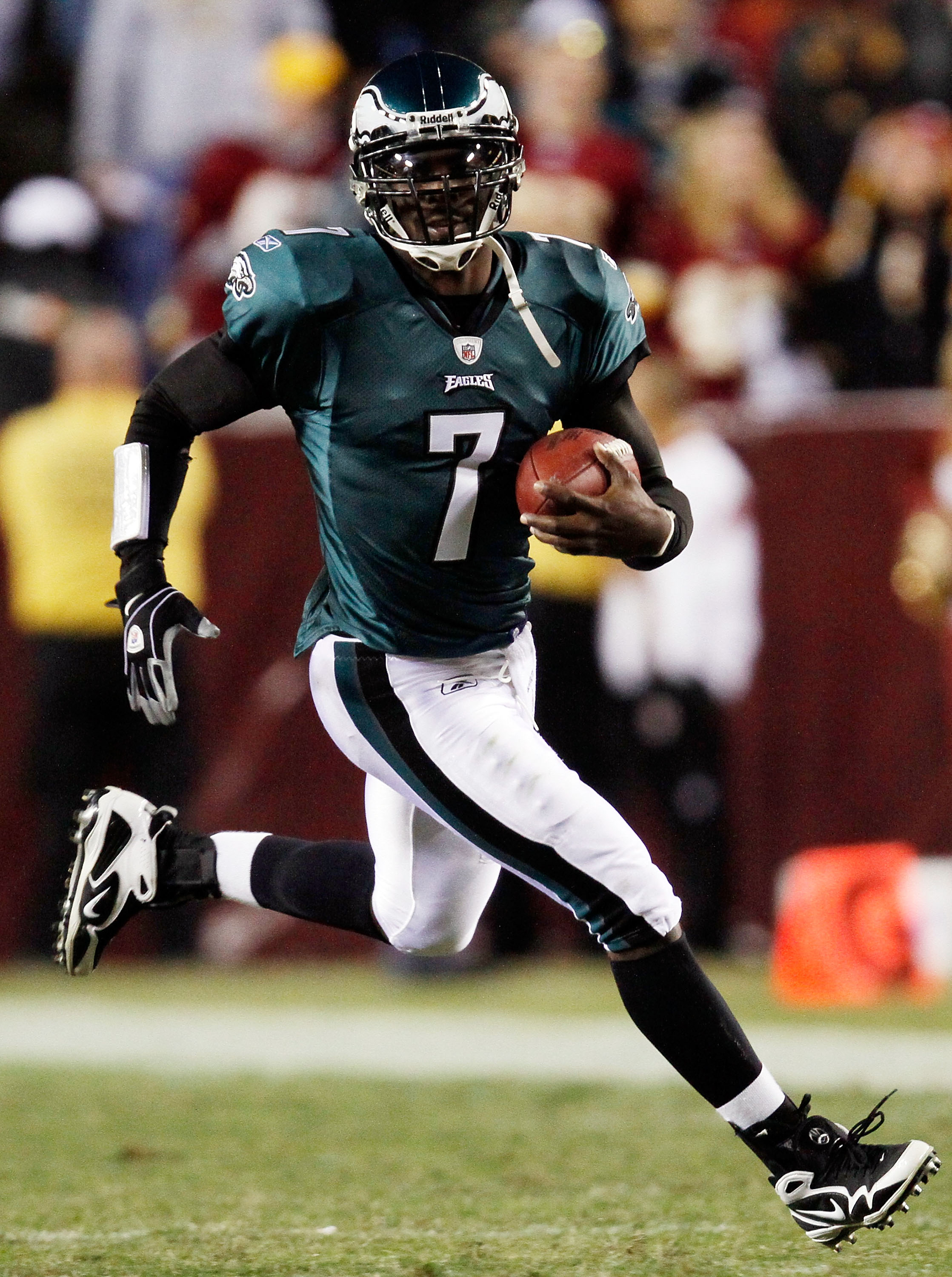 LANDOVER, MD - OCTOBER 26:  Michael Vick #7 of the Philadelphia Eagles runs the ball against the Washington Redskins at FedEx Field October 26, 2009 in Landover, Maryland.  The Eagles won the game 27-17.  (Photo by Win McNamee/Getty Images)