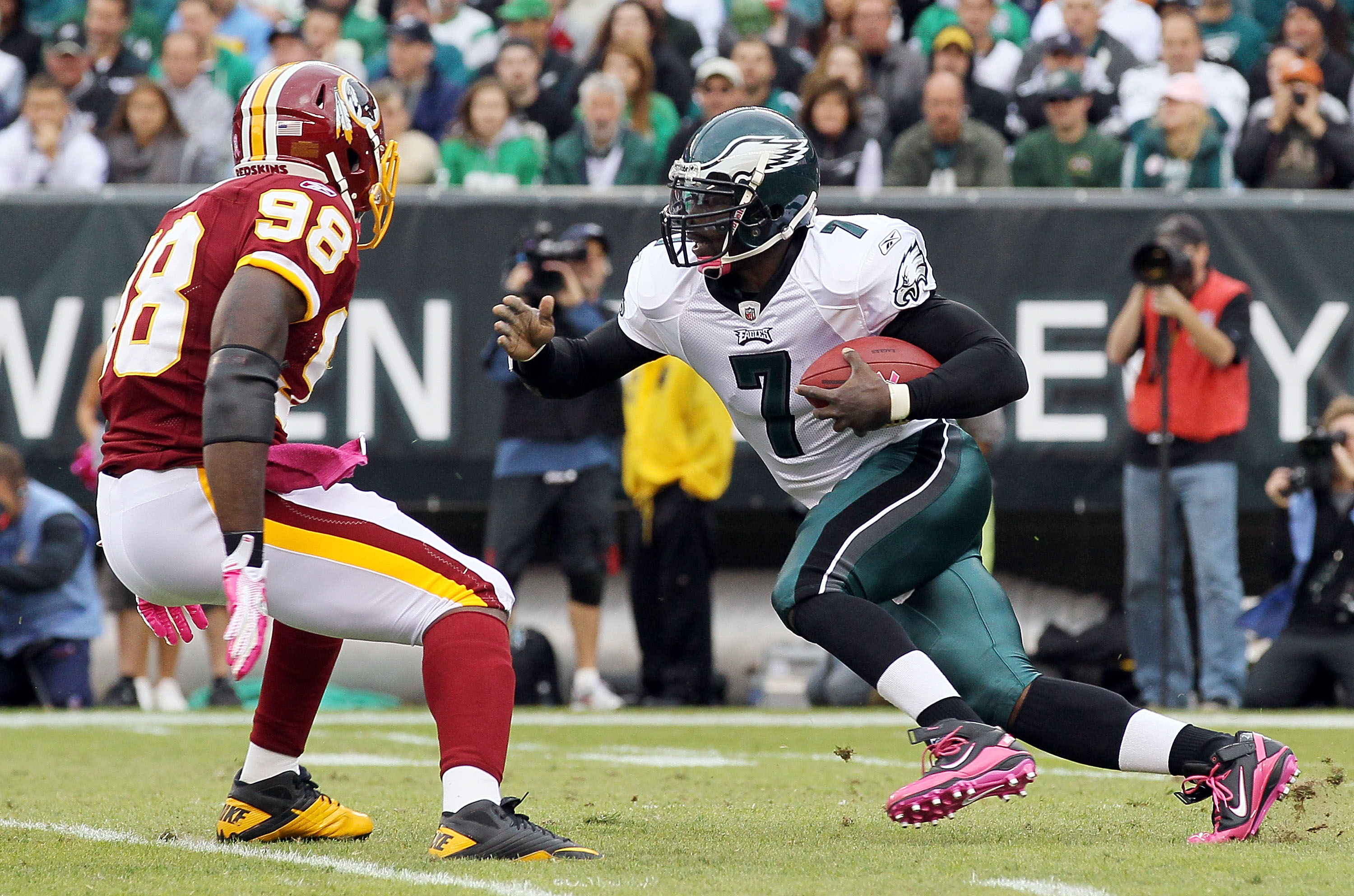 PHILADELPHIA - OCTOBER 03:  Michael Vick #7 of the Philadelphia Eagles runs the ball against Brian Orakpo #98 of the Washington Redskins on October 3, 2010 at Lincoln Financial Field in Philadelphia, Pennsylvania.  (Photo by Jim McIsaac/Getty Images)