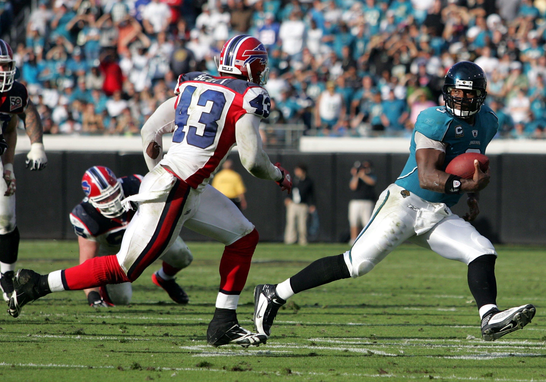 JACKSONVILLE, FL - NOVEMBER 22:  Quarterback David Garrard #9 of the Jacksonville Jaguars runs against the Buffalo Bills at Jacksonville Municipal Stadium on November 22, 2009 in Jacksonville, Florida. Jacksonville defeated Buffalo 18-15.  (Photo by Marc