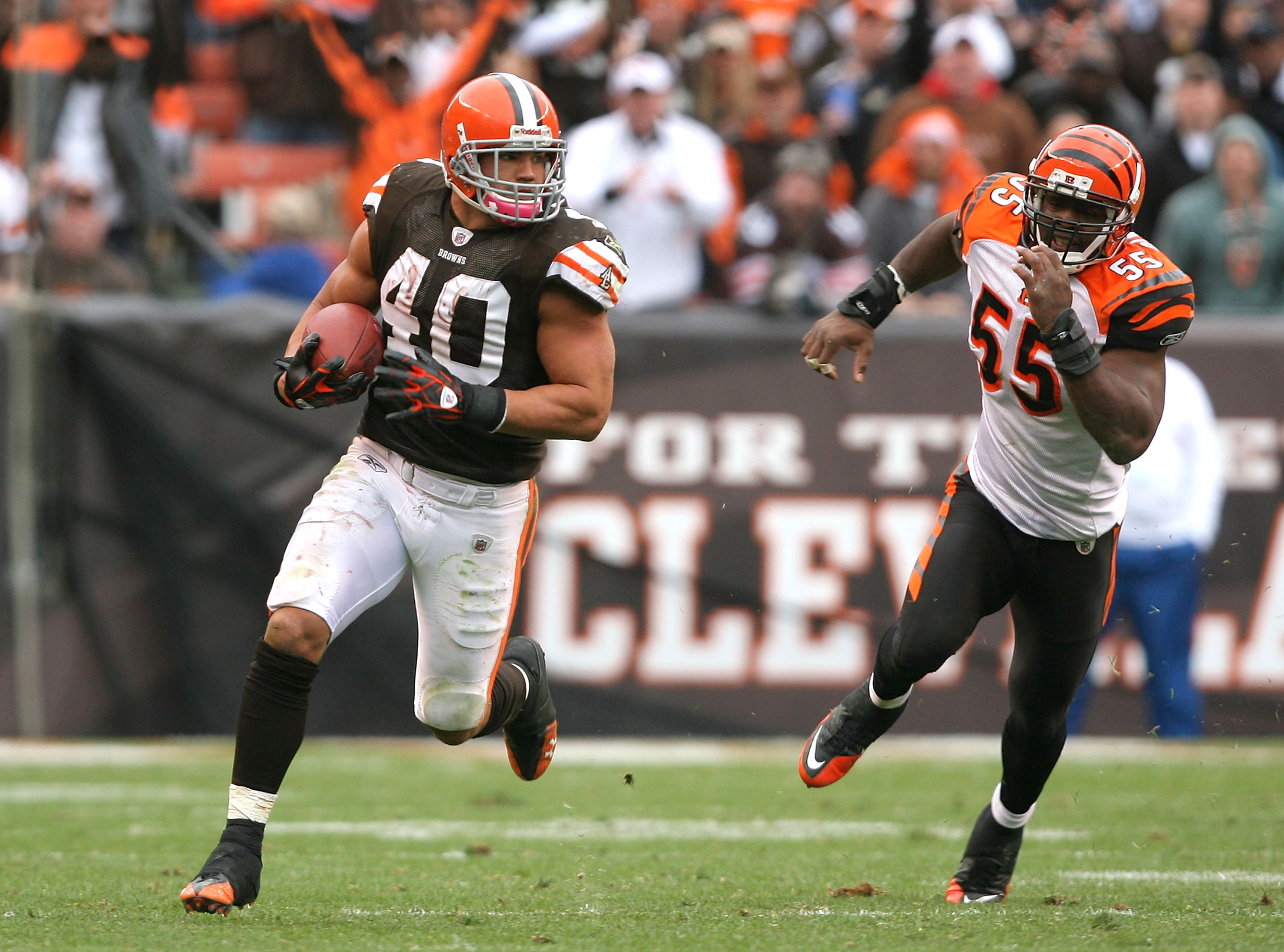 CLEVELAND - OCTOBER 03:  Running back Peyton Hillis #40 of the Cleveland Browns runs away from linebacker Keith Rivers #55 of the Cincinnati Bengals at Cleveland Browns Stadium on October 3, 2010 in Cleveland, Ohio.  (Photo by Matt Sullivan/Getty Images)