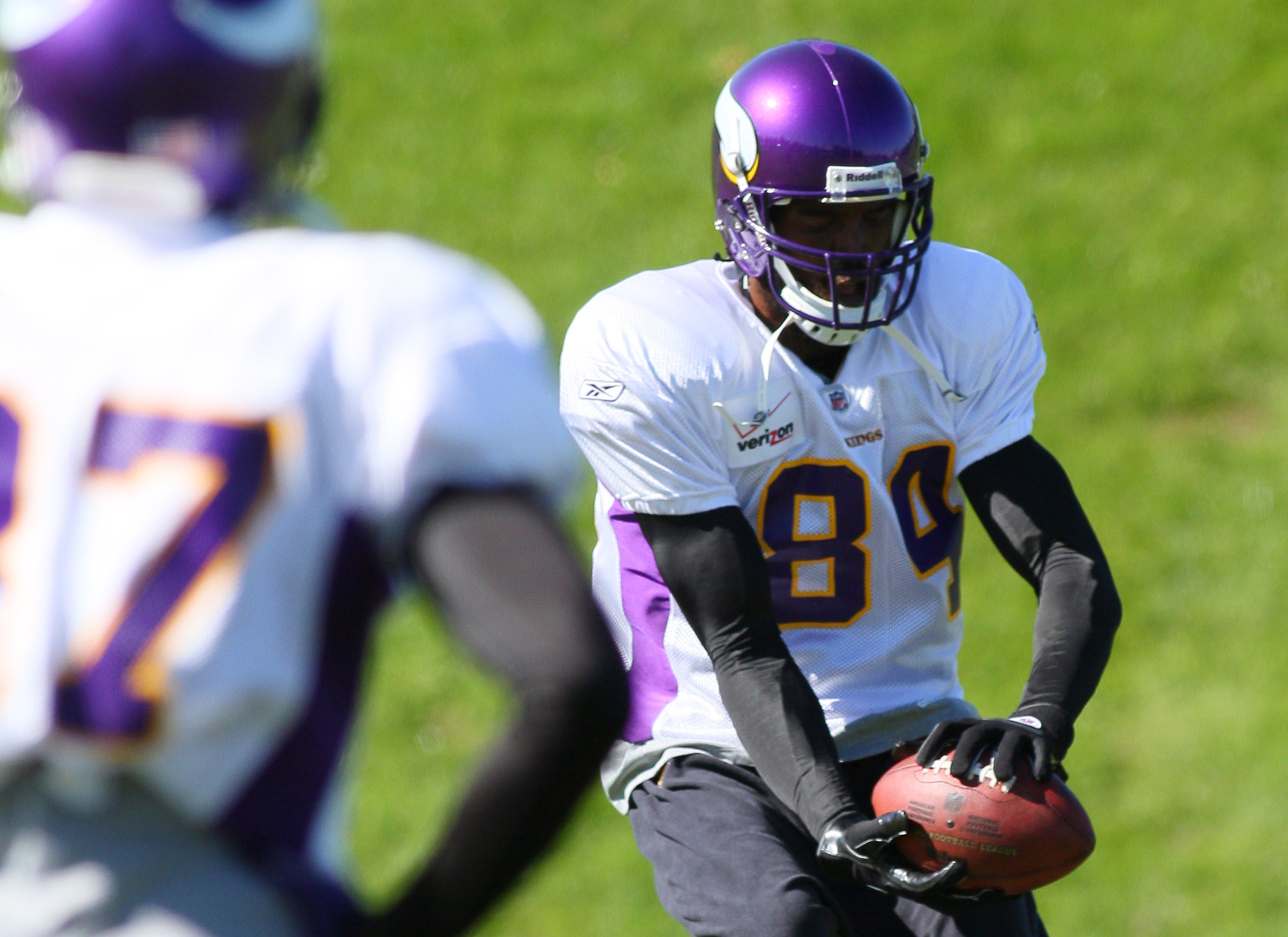 EDEN PRAIRIE, MN - OCTOBER 7:  Wide receiver Randy Moss #84 of the Minnesota Vikings catches the ball during his first practice after re-joining the Vikings at Winter Park on October 7, 2010 in Eden Prairie, Minnesota.  (Photo by Adam Bettcher/Getty Image