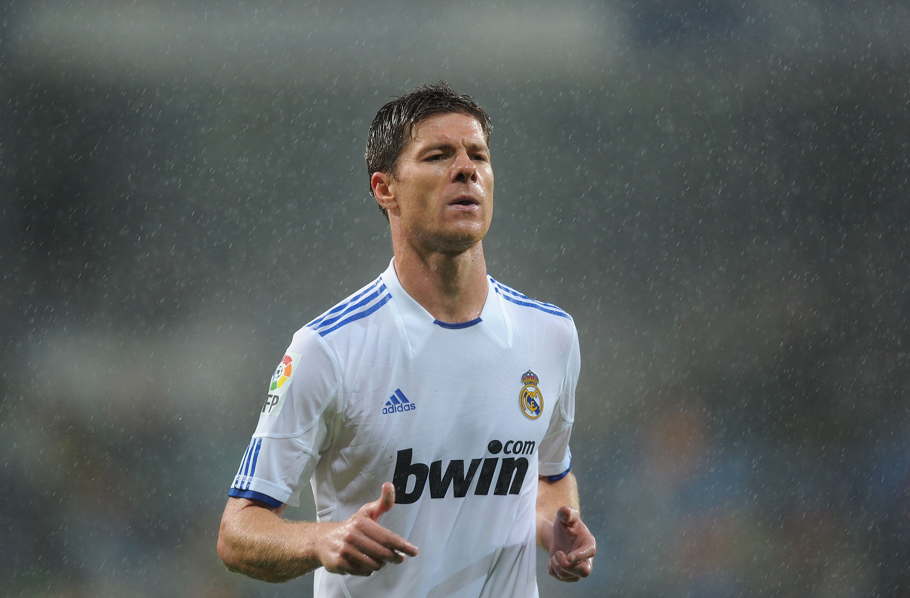 MADRID, SPAIN - OCTOBER 03:  Xabi Alonso of Real Madrid goes to take a corner kick during the La Liga match between Real Madrid and Deportivo La Coruna  at Estadio Santiago Bernabeu on October 3, 2010 in Madrid, Spain.  (Photo by Denis Doyle/Getty Images)