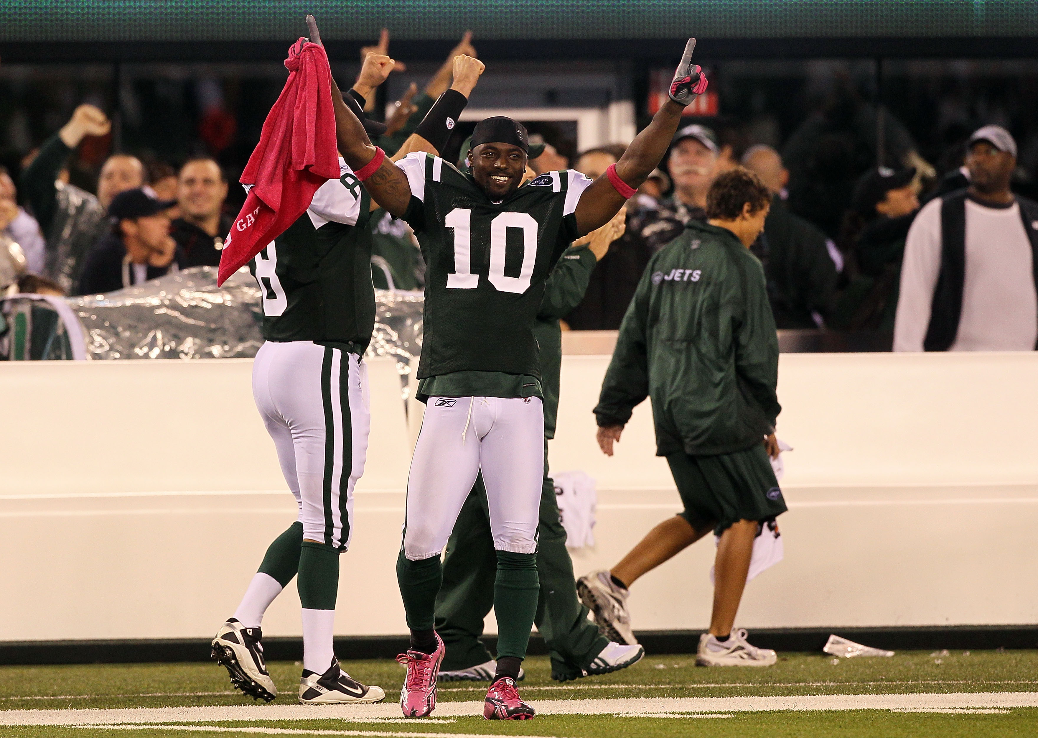 EAST RUTHERFORD, NJ - OCTOBER 11:  Santonio Holmes #10 of the New York Jets celebrates as Dwight Lowery #26 scored on a 26-yard interception return for a touchdown in the fourth quarter against the Minnesota Vikings at New Meadowlands Stadium on October 1