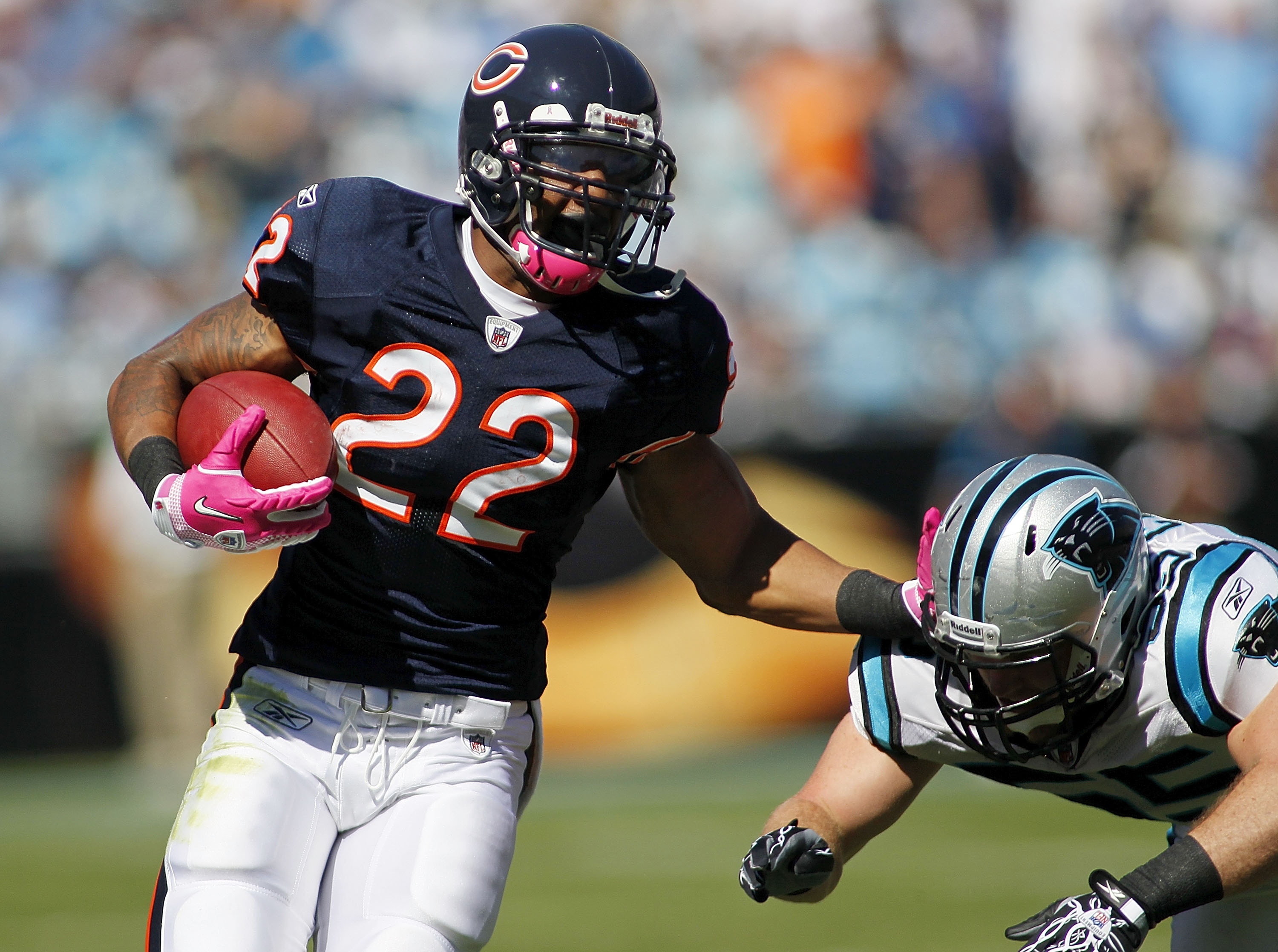 CHARLOTTE, NC - OCTOBER 10: Running back Matt Forte #22 of the Chicago Bears runs past linebacker Dan Connor #55 of the Carolina Panthers at Bank of America Stadium on October 10, 2010 in Charlotte, North Carolina. (Photo by Geoff Burke/Getty Images)