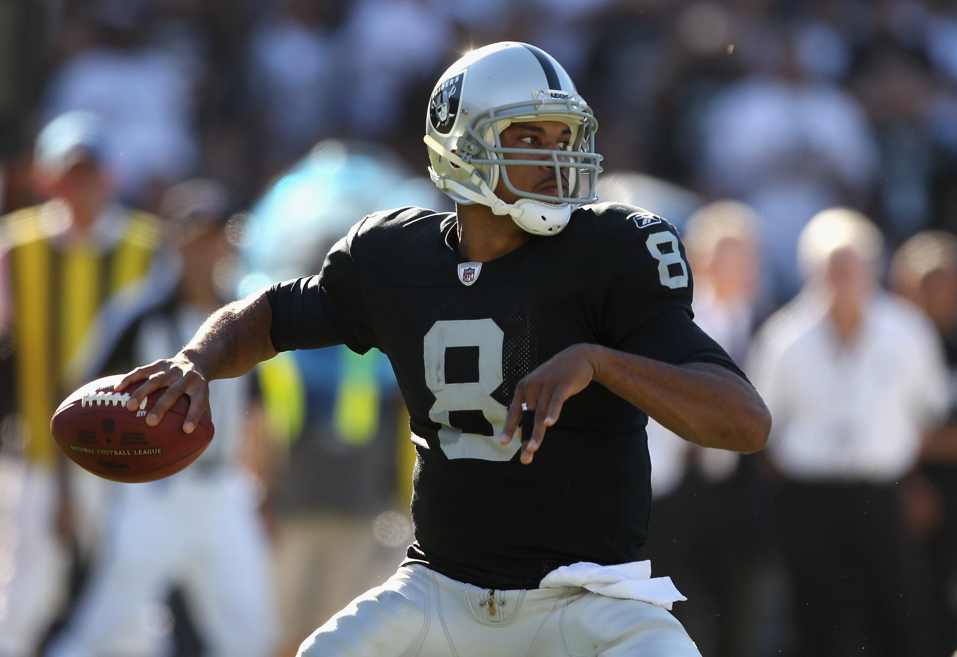OAKLAND, CA - OCTOBER 10:  Jason Campbell #8 of the Oakland Raiders passes the ball against the San Diego Chargers at Oakland-Alameda County Coliseum on October 10, 2010 in Oakland, California.  (Photo by Ezra Shaw/Getty Images)