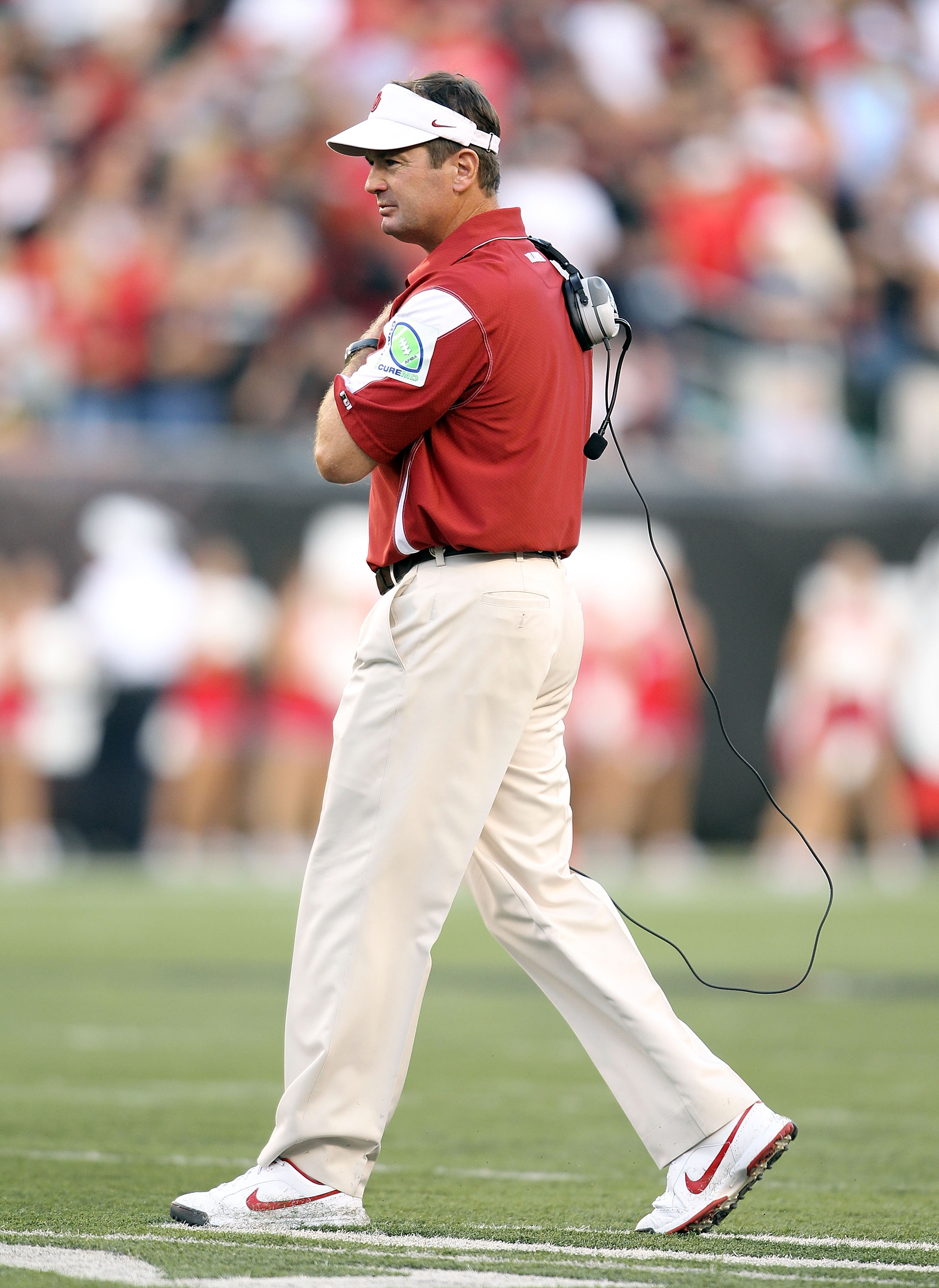 CINCINNATI - SEPTEMBER 25:  Bob Stoops the Head Coach of the Oklahoma Sooners walks onto the field during the game against the Cincinnati Bearcats at Paul Brown Stadium on September 25, 2010 in Cincinnati, Ohio.  (Photo by Andy Lyons/Getty Images)