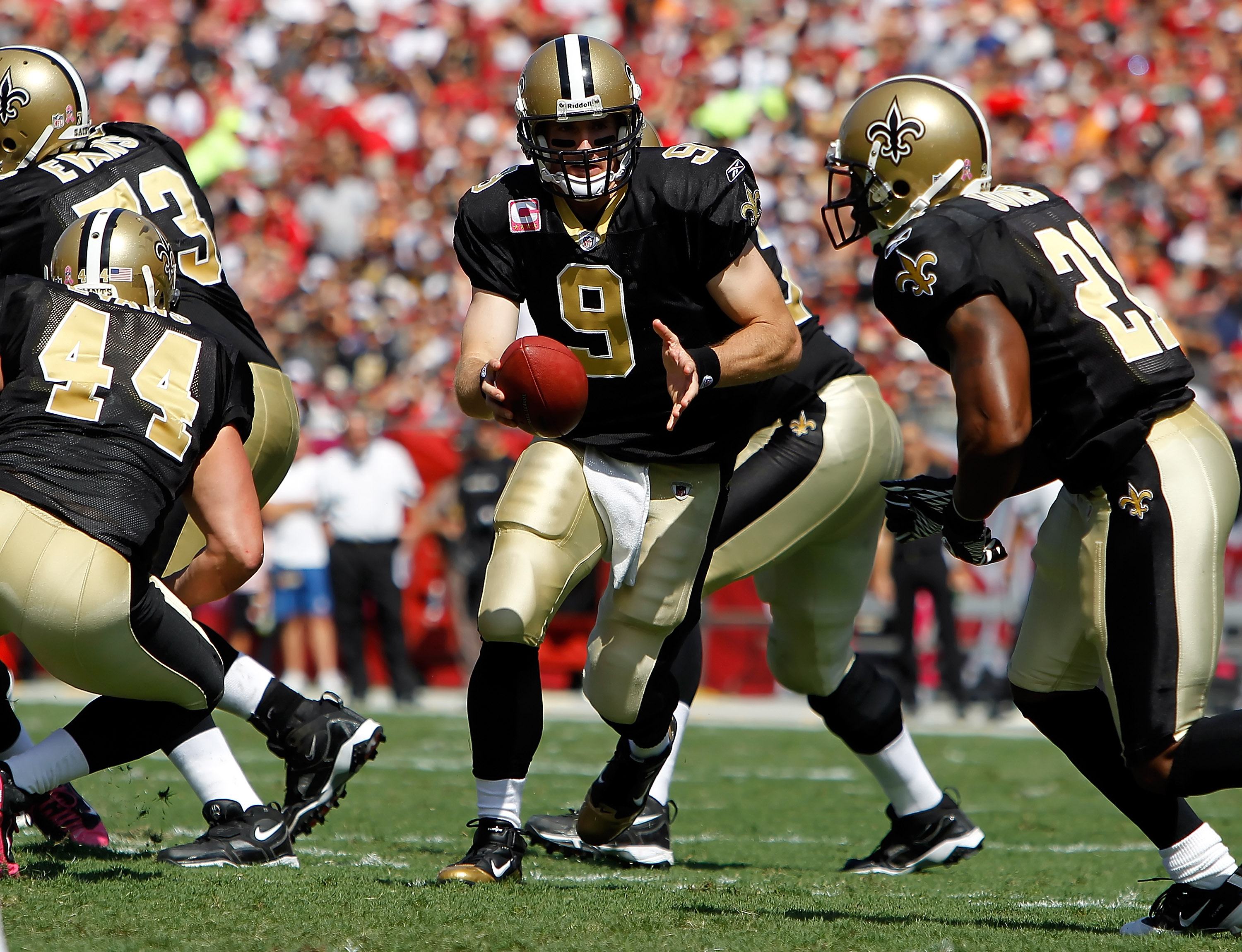 TAMPA, FL - OCTOBER 17:  Quarterback Drew Brees #9 of the New Orleans Saints hands the ball off against the Tampa Bay Buccaneers during the game at Raymond James Stadium on October 17, 2010 in Tampa, Florida.  (Photo by J. Meric/Getty Images)
