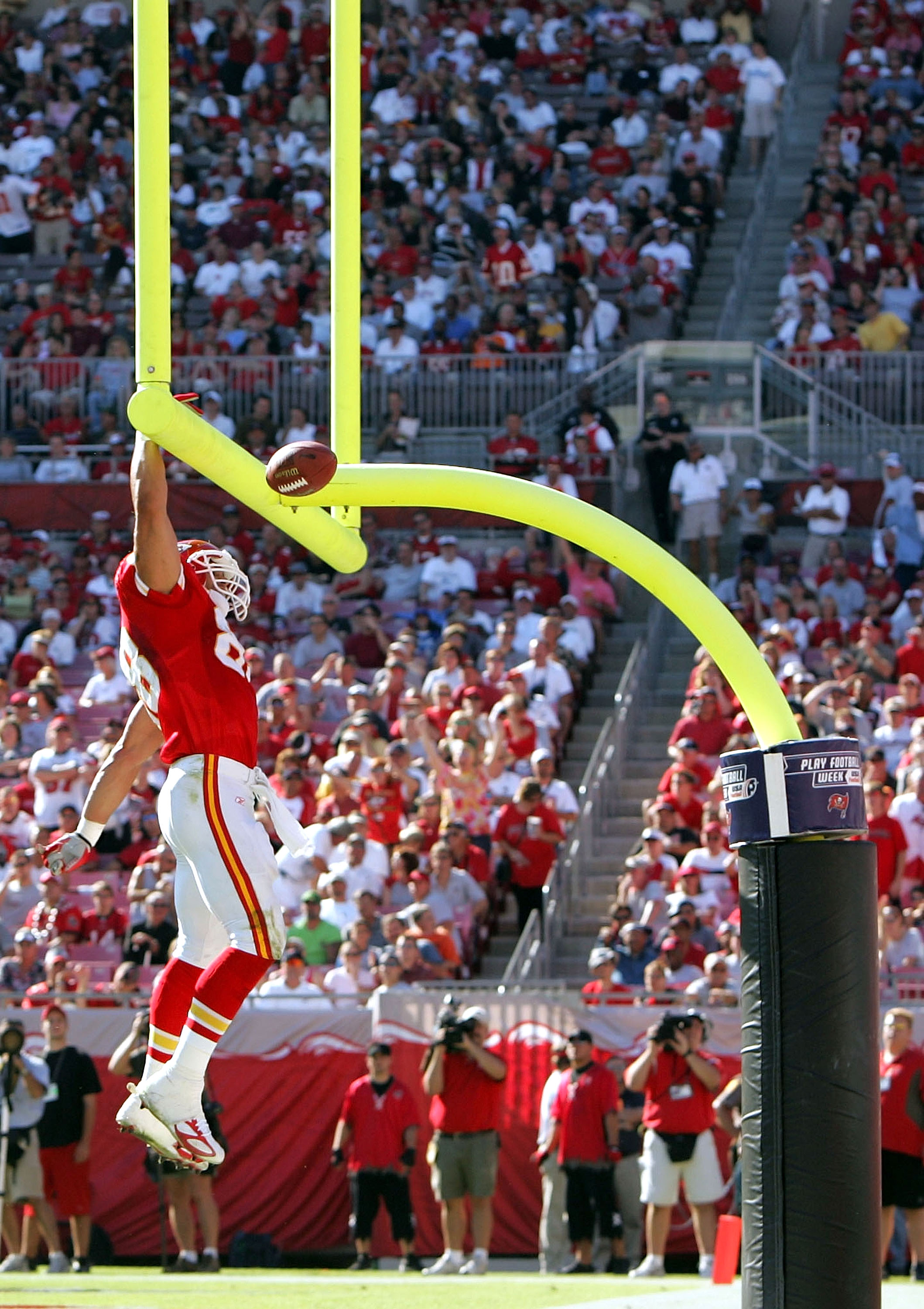 TAMPA, FL - NOVEMBER 7:  Tight end Tony Gonzalez #88 of the Kansas City Chiefs celebrates his touchdown by slam dunking the ball over the goal post in the second quarter against the Tampa Bay Buccaneers at Raymond James Stadium on November 7, 2004 in Tamp