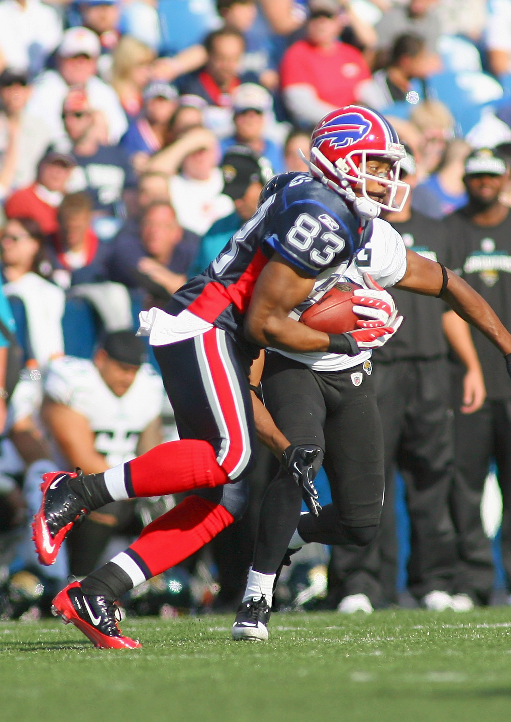 ORCHARD PARK, NY - OCTOBER 10: Lee Evans #83 of the Buffalo Bills makes a catch against the Jacksonville Jaguars at Ralph Wilson Stadium on October 10, 2010 in Orchard Park, New York.  (Photo by Rick Stewart/Getty Images)