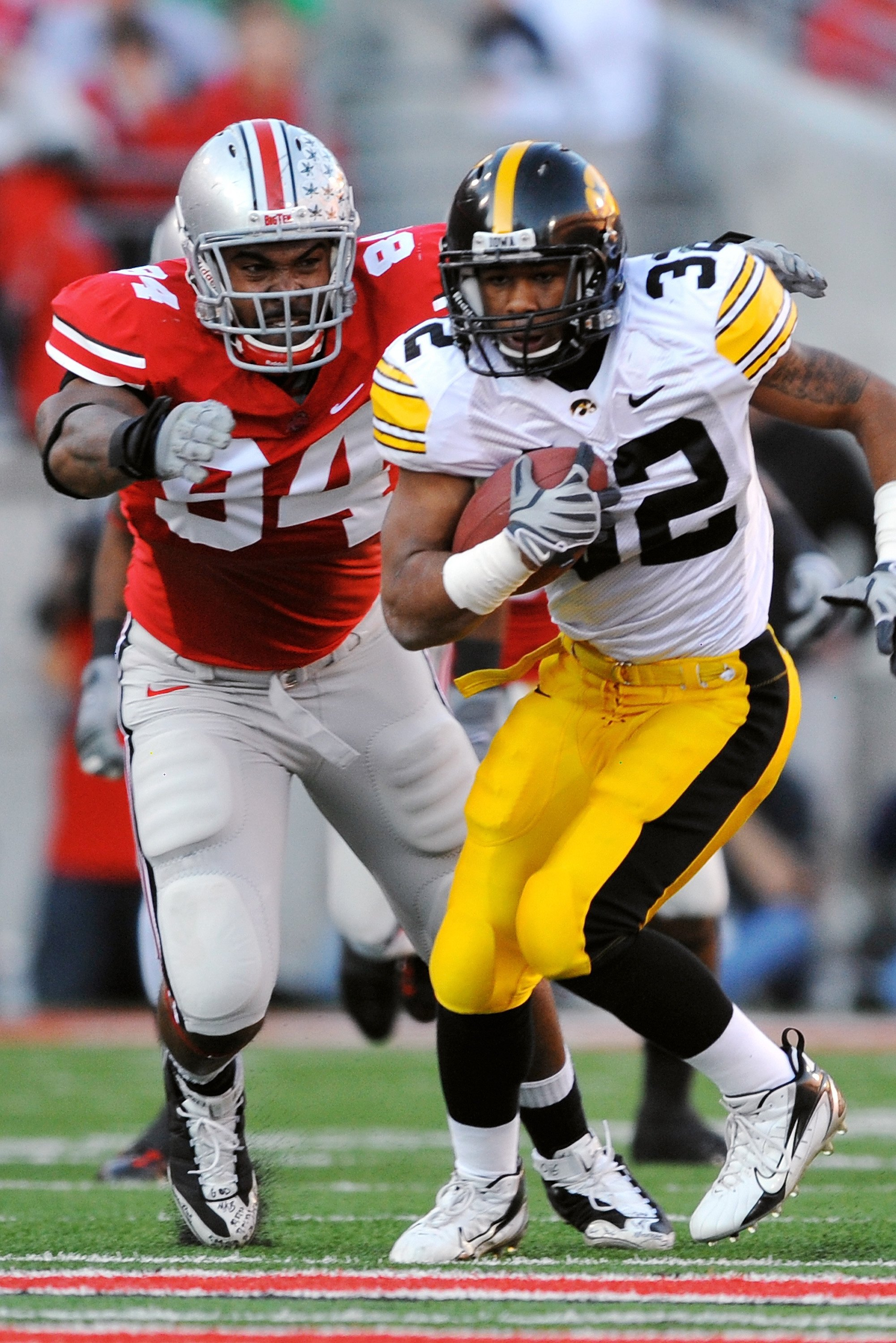 COLUMBUS, OH - NOVEMBER 14:  Defensive tackle Doug Worthington #84 of the Ohio State Buckeyes chases down running back Adam Robinson #32 of the Iowa Hawkeyes at Ohio Stadium on November 14, 2009 in Columbus, Ohio.  (Photo by Jamie Sabau/Getty Images)