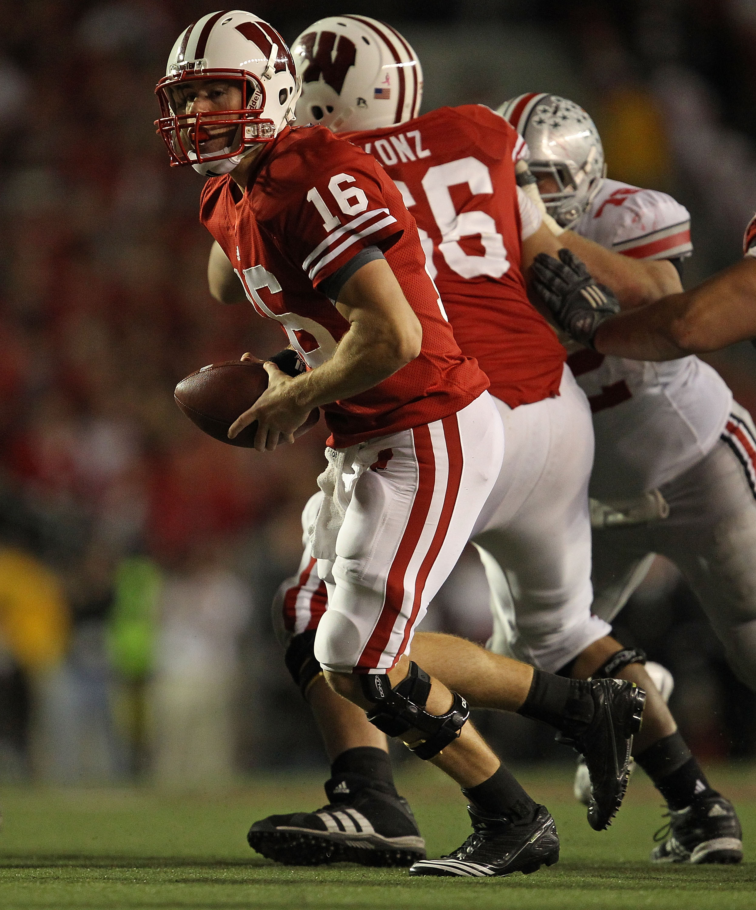 MADISON, WI - OCTOBER 16: Scott Tolzien #16 of the Wisconsin Badgers turns to hand-off against the Ohio State Buckeyes at Camp Randall Stadium on October 16, 2010 in Madison, Wisconsin. Wisconsin defeated Ohio State 31-18. (Photo by Jonathan Daniel/Getty
