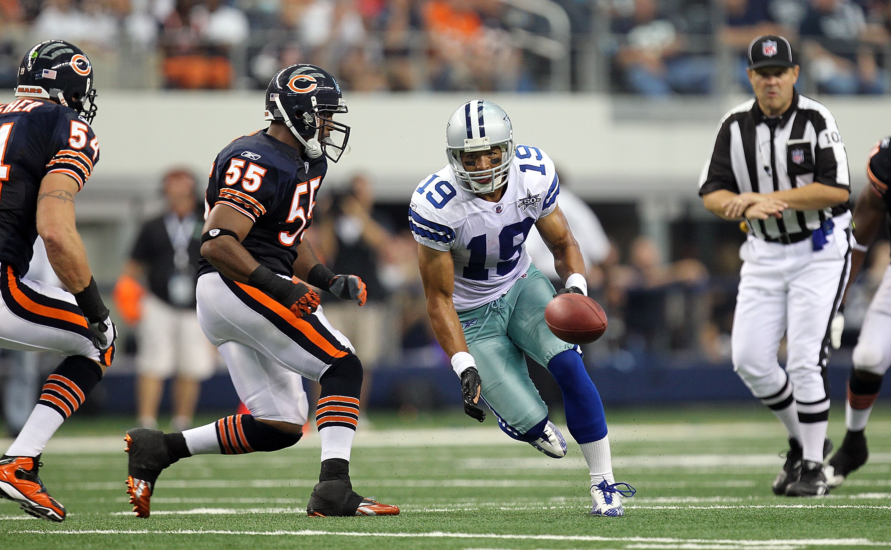 ARLINGTON, TX - SEPTEMBER 19:  Wide receiver Miles Austin #19 of the Dallas Cowboys runs past Lance Briggs #55 of the Chicago Bears at Cowboys Stadium on September 19, 2010 in Arlington, Texas.  (Photo by Ronald Martinez/Getty Images)