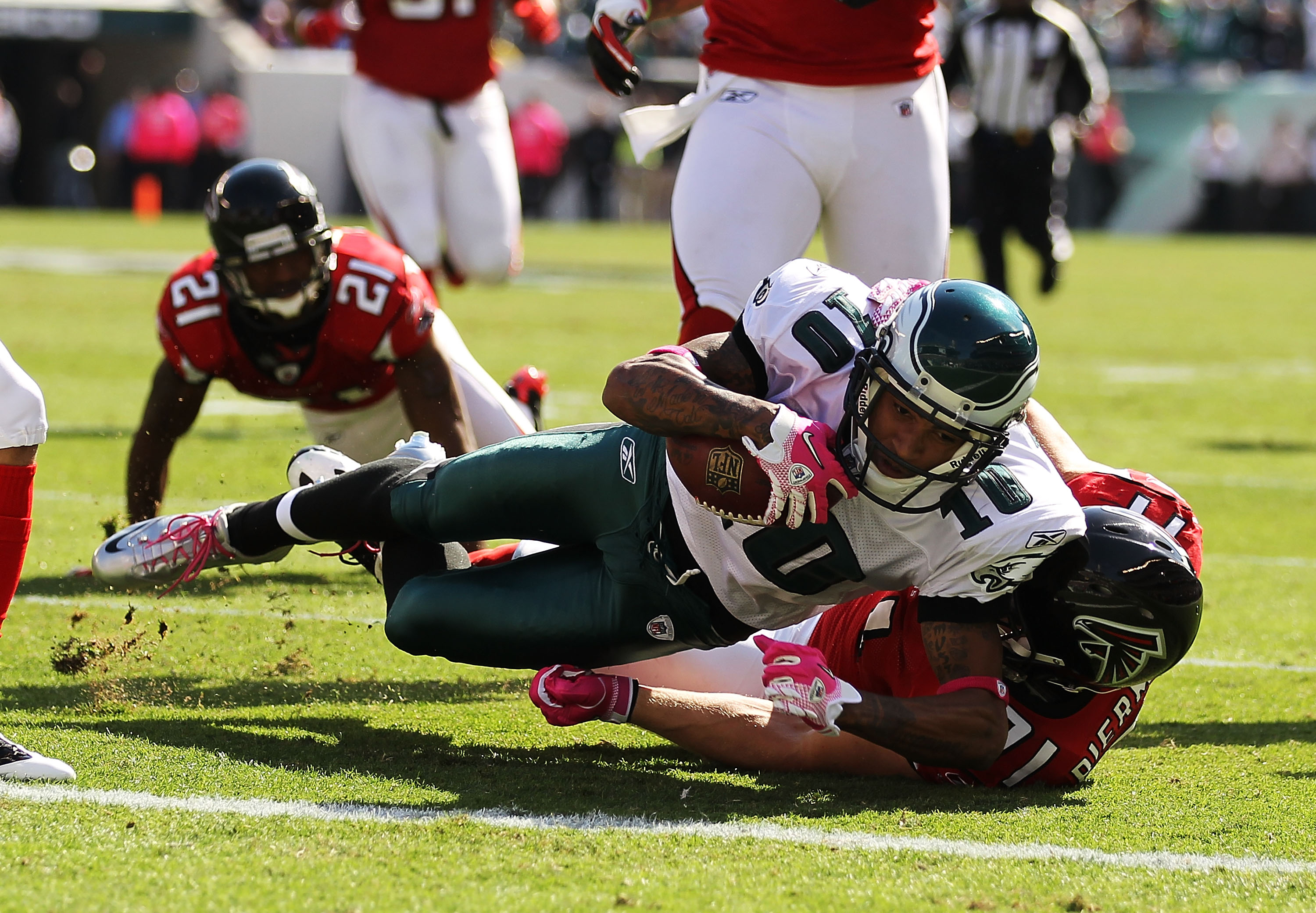 PHILADELPHIA - OCTOBER 17:  DeSean Jackson #10 of the Philadelphia Eagles scores a touchdown in the first quarter as Kroy Biermann #71 of the Atlanta Falcons defends during their game at Lincoln Financial Field on October 17, 2010 in Philadelphia, Pennsyl