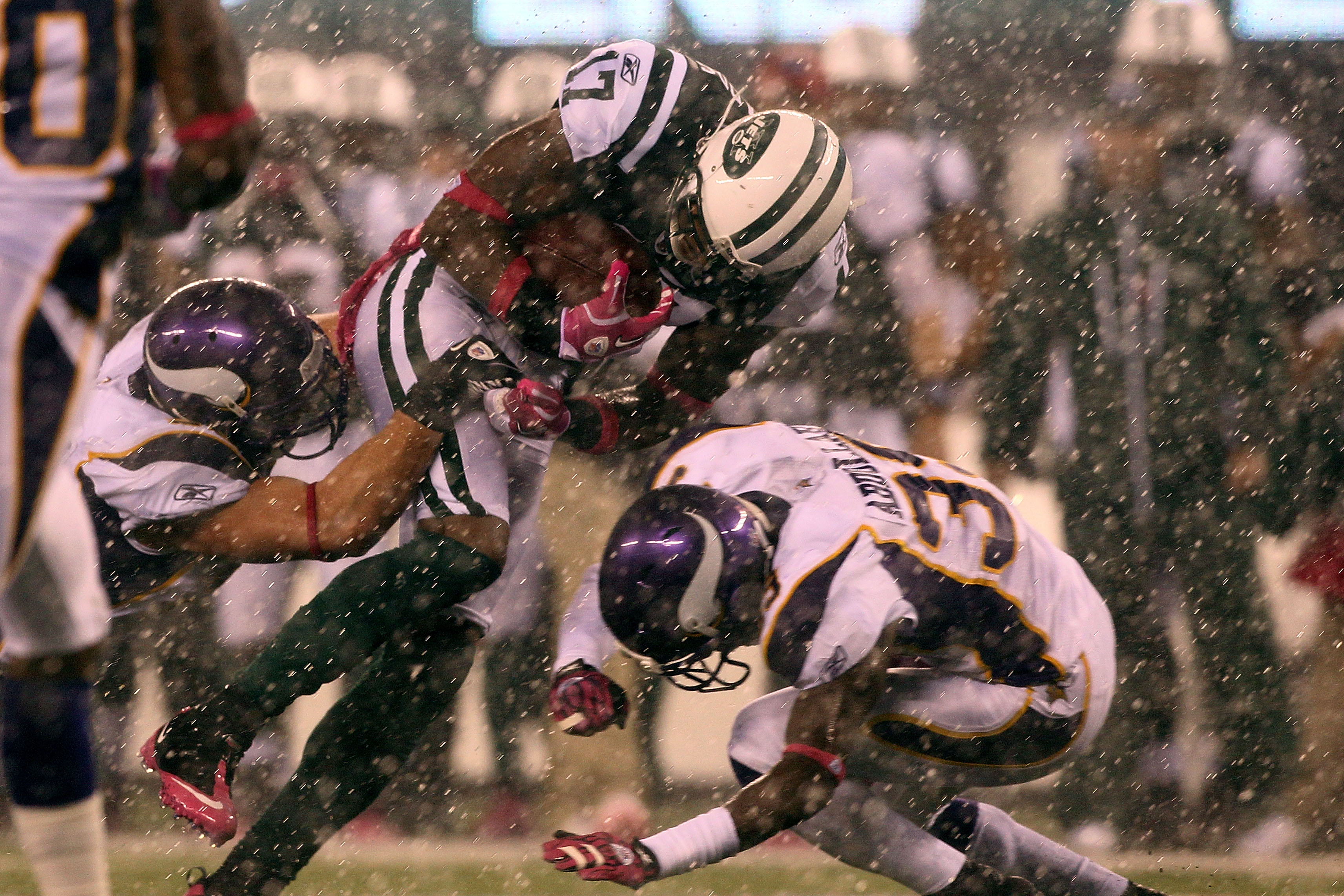 EAST RUTHERFORD, NJ - OCTOBER 11:  Braylon Edwards #17 of the New York Jets runs for yards after the catch in the second quarter against Husain Abdullah #39 of the Minnesota Vikings at New Meadowlands Stadium on October 11, 2010 in East Rutherford, New Je