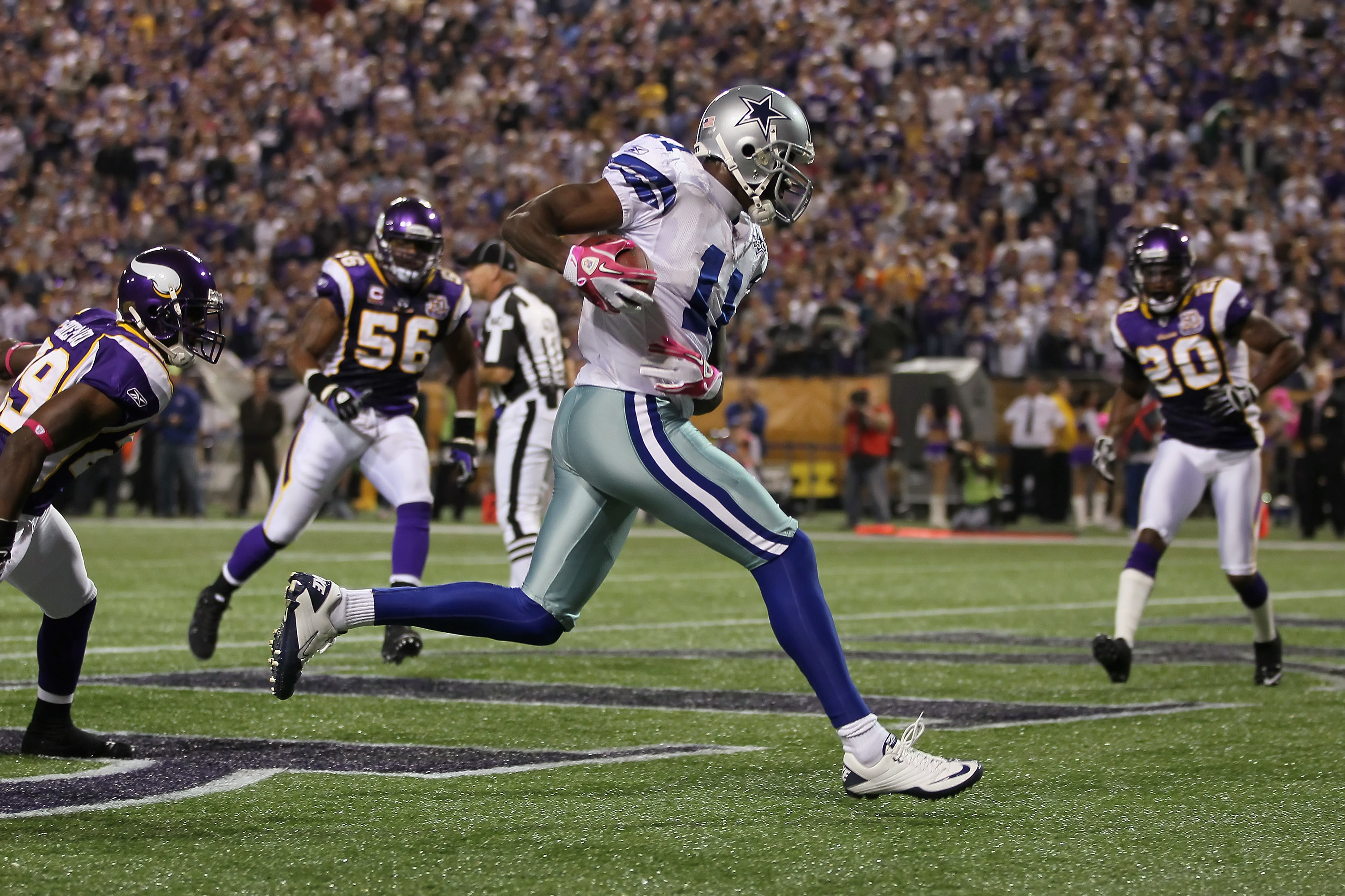 MINNEAPOLIS - OCTOBER 17:  Wide receiver Roy Williams #11 of the Dallas Cowboys catches his second touchdown pass of the game in the second quarter against the Minnesota Vikings at Mall of America Field on October 17, 2010 in Minneapolis, Minnesota.  (Pho