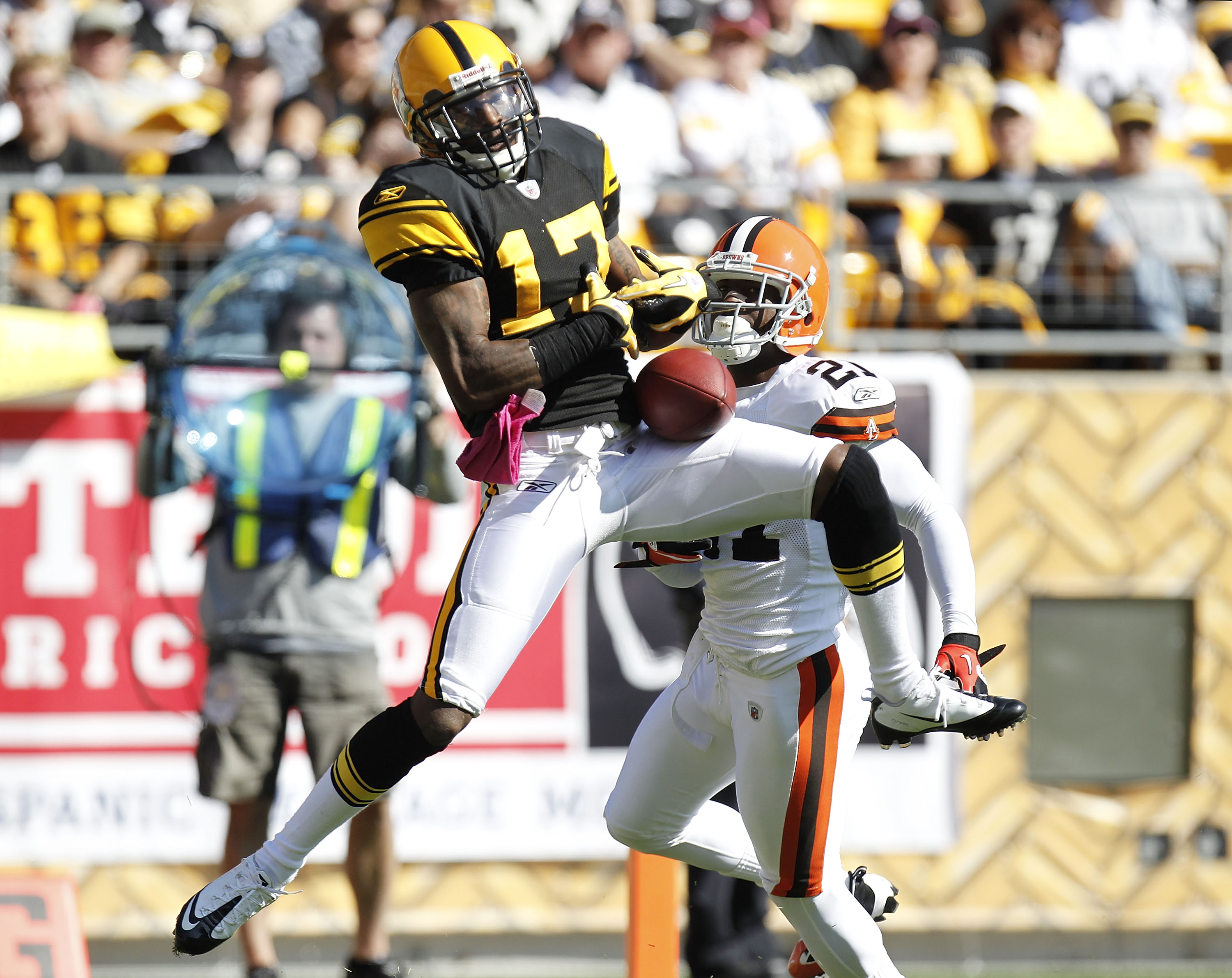 PITTSBURGH - OCTOBER 17:  Mike Wallace #17 of the Pittsburgh Steelers cathces a second quarter touchdown pass in front of Eric Wright #21 of the Cleveland Browns on October 17, 2010 at Heinz Field in Pittsburgh, Pennsylvania.  (Photo by Gregory Shamus/Get