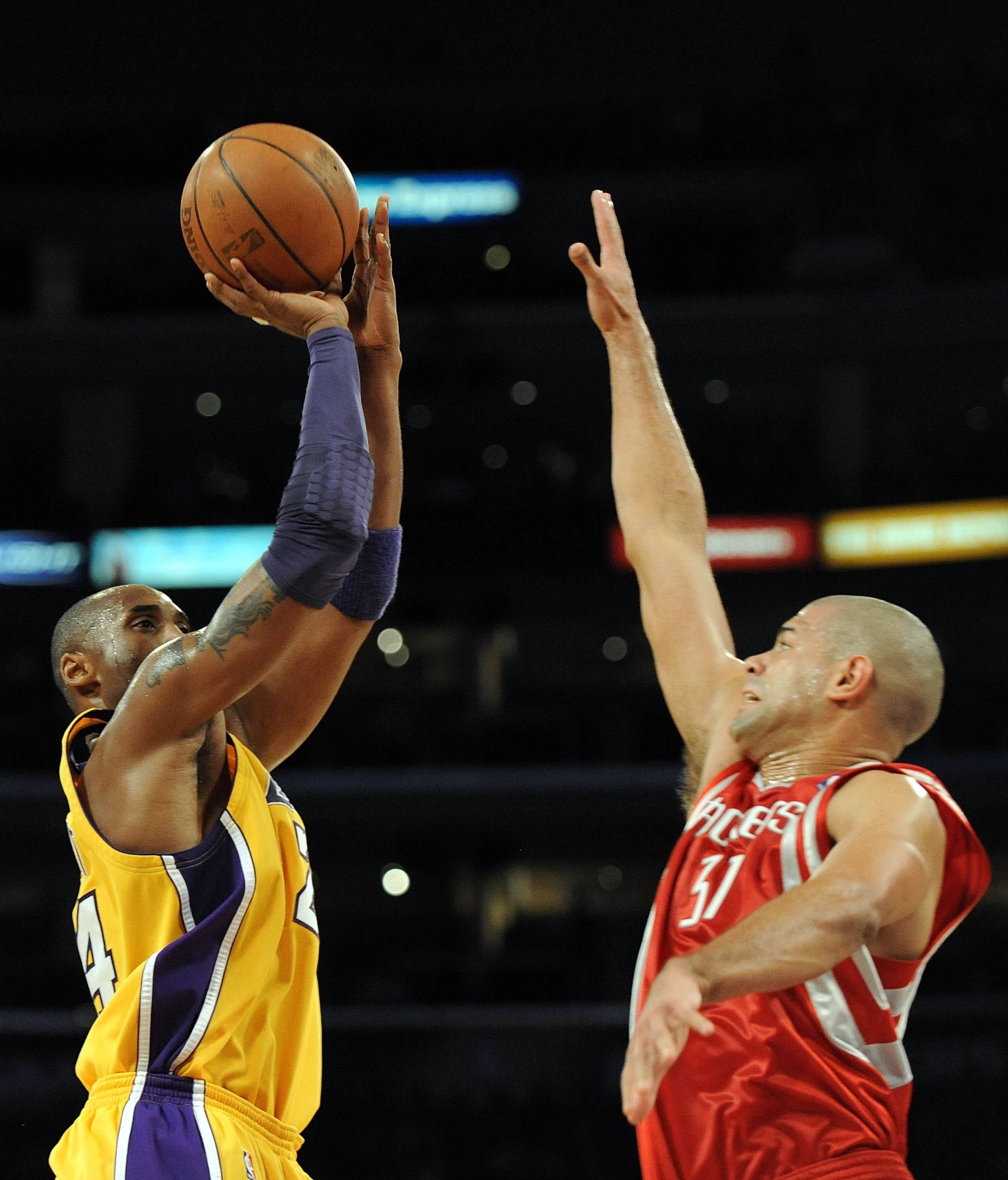 LOS ANGELES, CA - JANUARY 05:  Kobe Bryant #24 of the Los Angeles Lakers shoots in front of Shane Battier #31 of the Houston Rockets at Staples Center on January 5, 2010 in Los Angeles, California.  NOTE TO USER: User expressly acknowledges and agrees tha