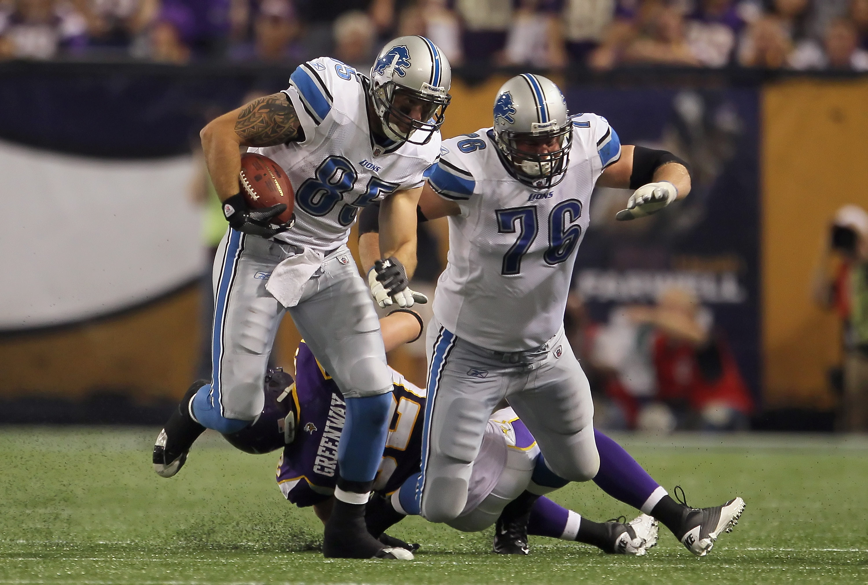 MINNEAPOLIS - SEPTEMBER 26:  Tight end Tony Scheffler #85 of the Detroit Lions carries the ball as teammate Jeff Backus #76 prepares to block against the Minnesota Vikings at Mall of America Field on September 26, 2010 in Minneapolis, Minnesota. The Vikin