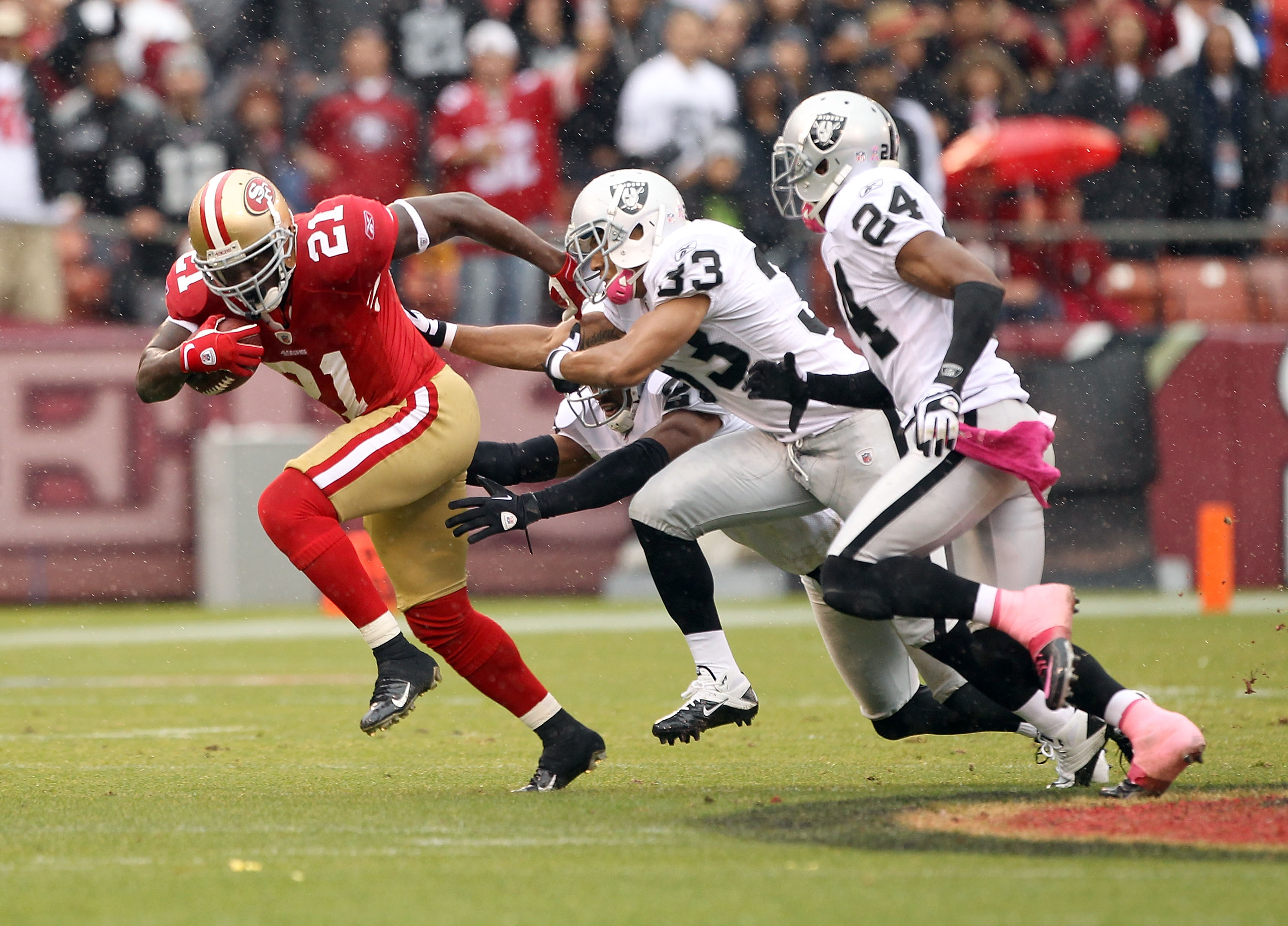 SAN FRANCISCO - OCTOBER 17:  Frank Gore #21 of the San Francisco 49ers tries to outrun the Oakland Raiders at Candlestick Park on October 17, 2010 in San Francisco, California.  (Photo by Ezra Shaw/Getty Images)