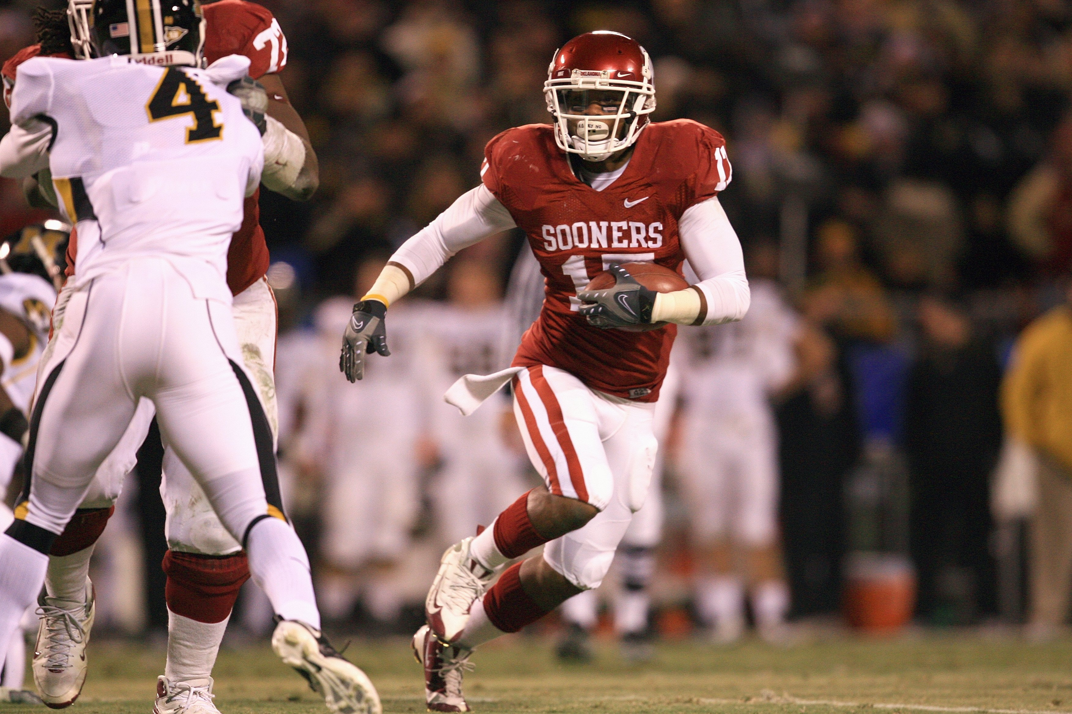 KANSAS CITY, MO - DECEMBER 06:  Mossis Madu #17 of the Oklahoma Sooners carries the ball during the Big 12 Championship game against the Missouri Tigers on December 6, 2008 at Arrowhead Stadium in Kansas City, Missouri. (Photo by Jamie Squire/Getty Images
