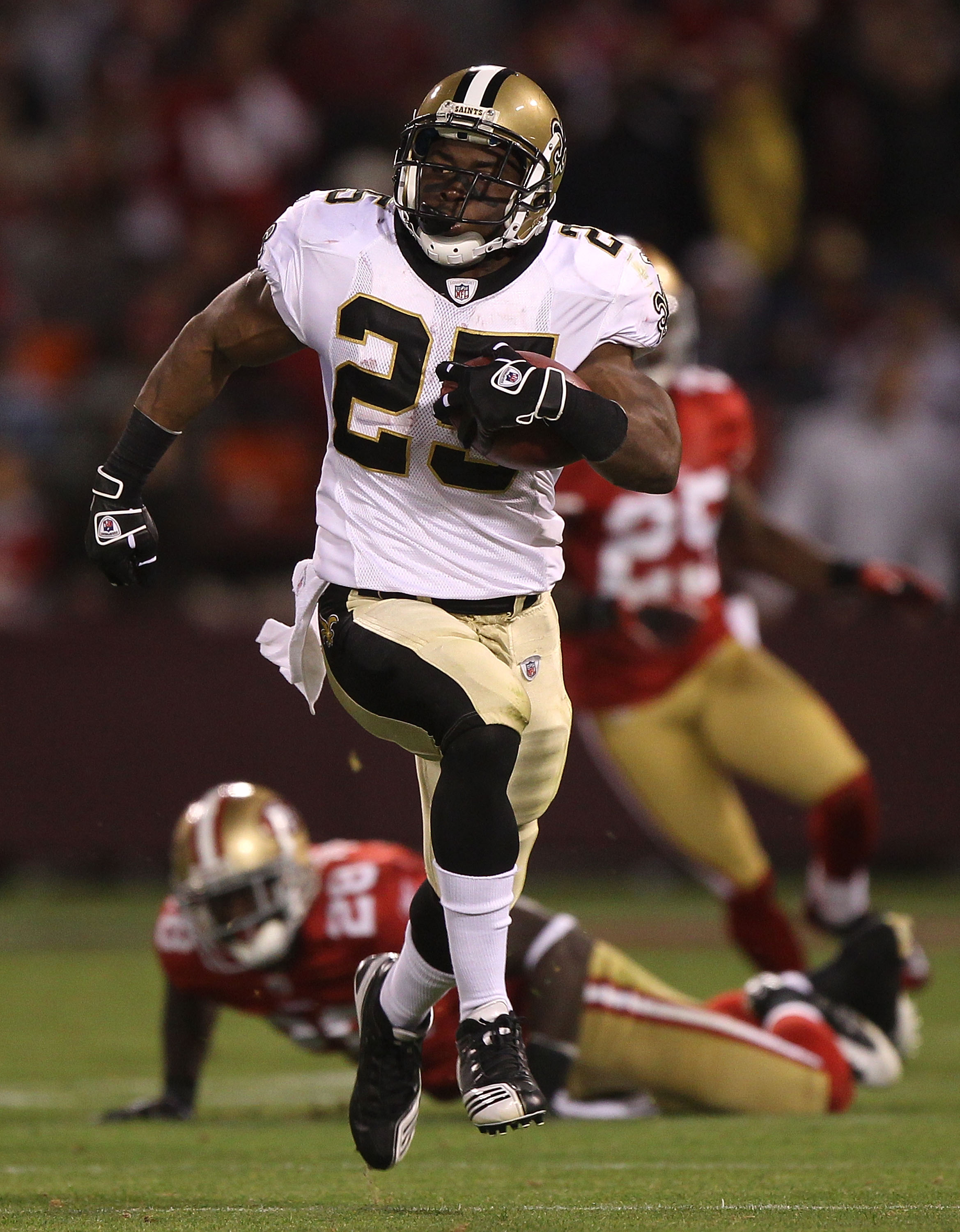 SAN FRANCISCO - SEPTEMBER 20:  Reggie Bush #25 of the New Orleans Saints runs against the San Francisco 49ers during an NFL game at Candlestick Park on September 20, 2010 in San Francisco, California.  (Photo by Jed Jacobsohn/Getty Images)