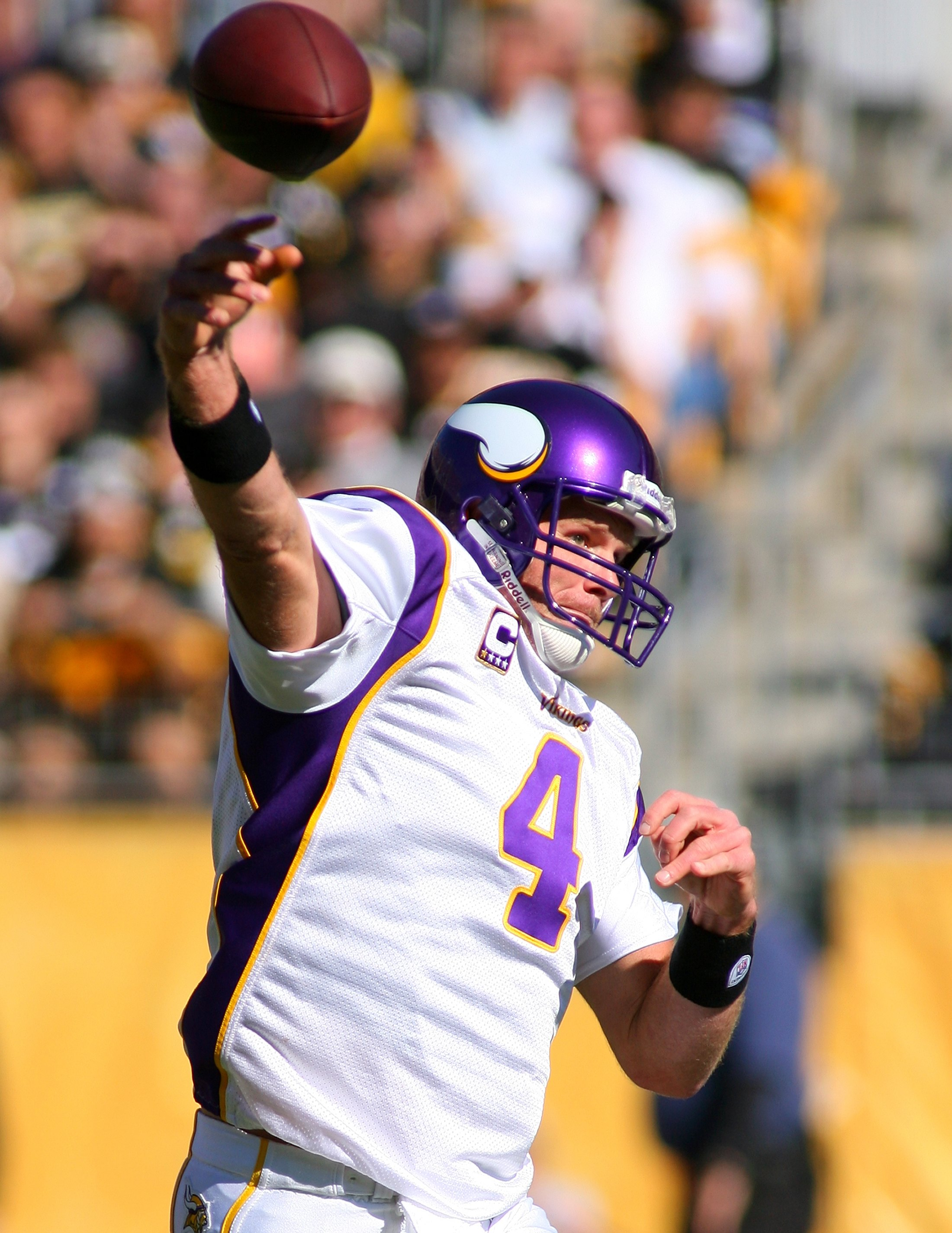 PITTSBURGH - OCTOBER 25:  Quarterback Brett Favre #4 of the Minnesota Vikings passes the ball play during the NFL game against the Pittsburgh Steelers at Heinz Field on October 25, 2009 in Pittsburgh, Pennsylvania. The Steelers defeated the Vikings 27-17.
