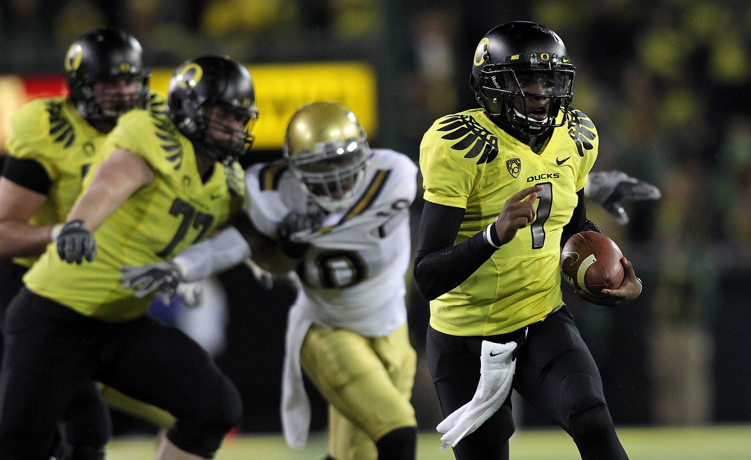 EUGENE, OR - OCTOBER 21:  Darron Thomas #1 of the Oregon Ducks runs against  the UCLA Bruins  on October 21, 2010 at the Autzen Stadium in Eugene, Oregon.  (Photo by Jonathan Ferrey/Getty Images)