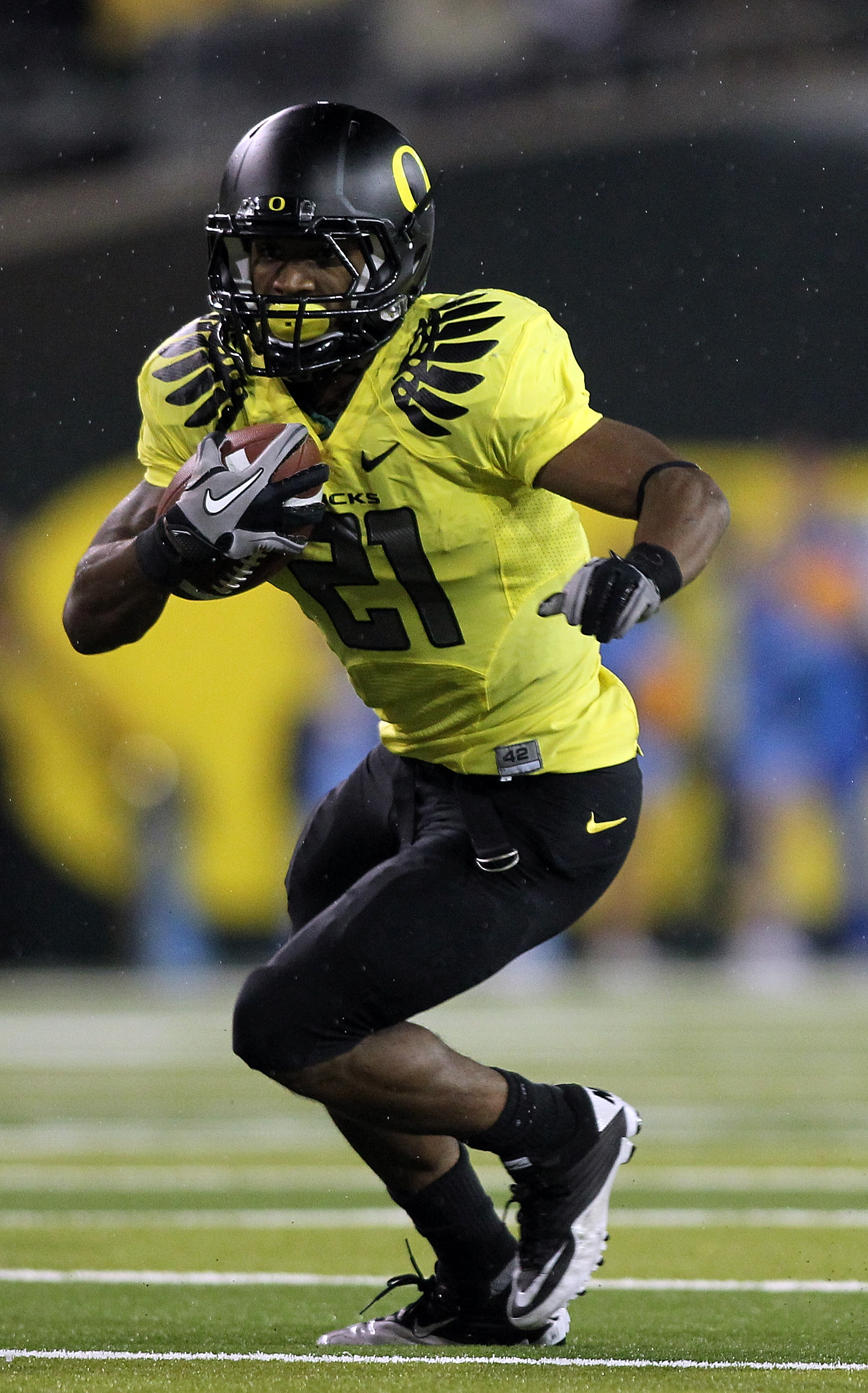 EUGENE, OR - OCTOBER 21:  LaMichael James #21 of the Oregon Ducks runs the ball against the UCLA Bruins on October 21, 2010 at the Autzen Stadium in Eugene, Oregon.  (Photo by Jonathan Ferrey/Getty Images)