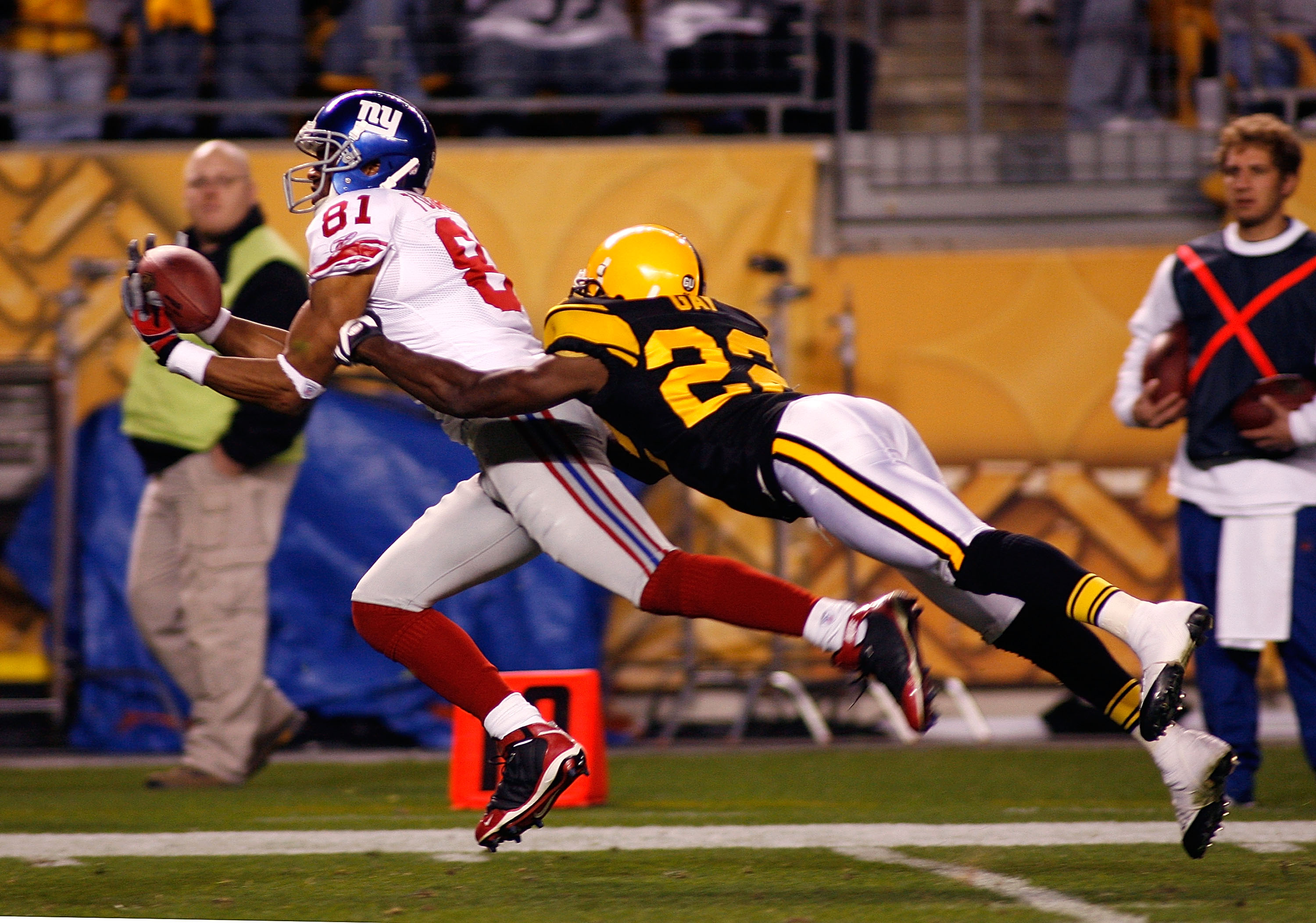 PITTSBURGH - OCTOBER 26: Amani Toomer #81 of the New York Giants makes a 30 yard catch on fourth down with William Gay #22 of the Pittsburgh Steelers defending on October 26, 2008 at Heinz Field in Pittsburgh, Pennsylvania. The Giants won 21-14.  (Photo b