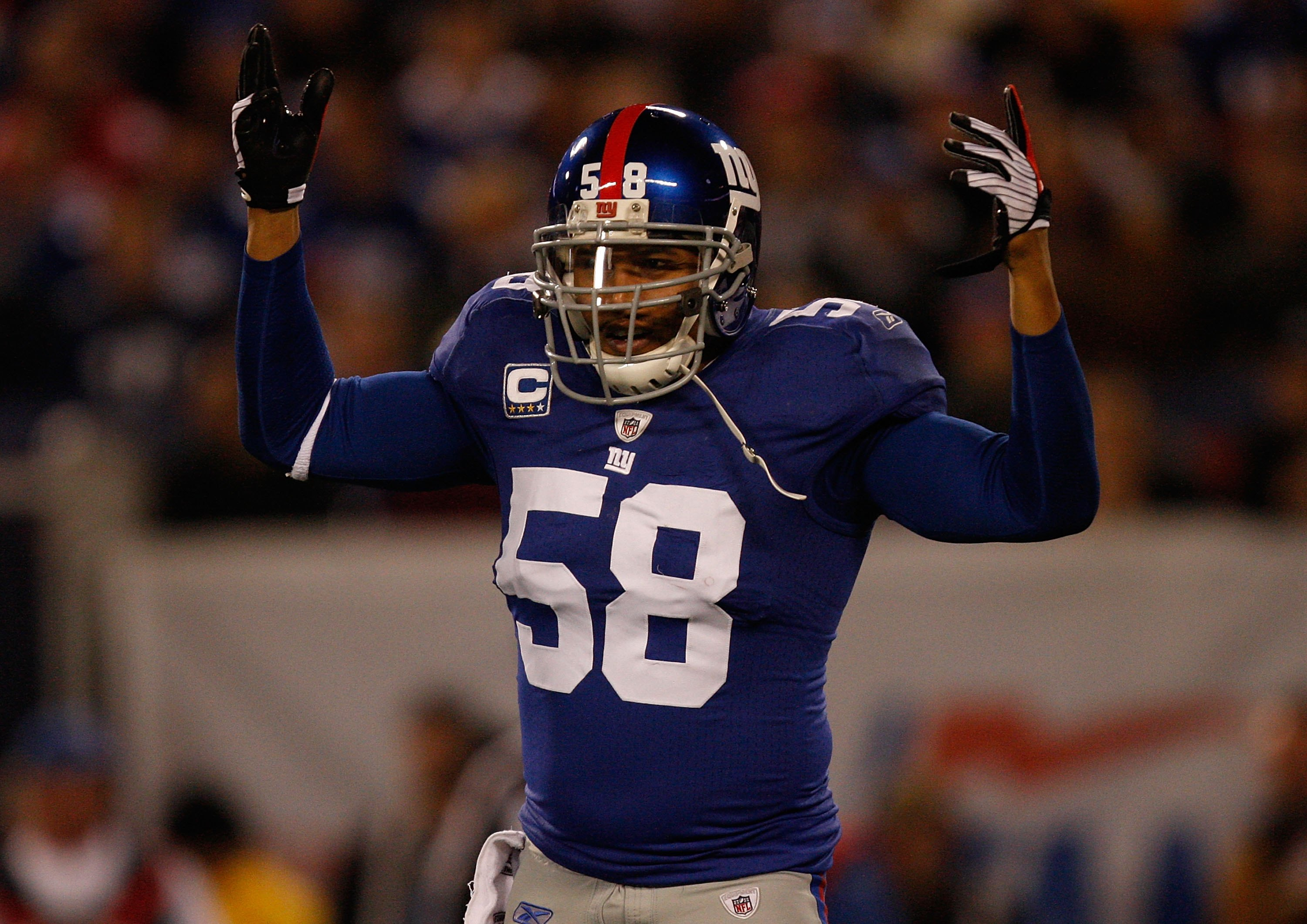EAST RUTHERFORD, NJ - OCTOBER 25:  Antonio Pierce #58 of the New York Giants gets the crowd going against the Arizona Cardinals on October 25, 2009 at Giants Stadium in East Rutherford, New Jersey.  (Photo by Jared Wickerham/Getty Images)