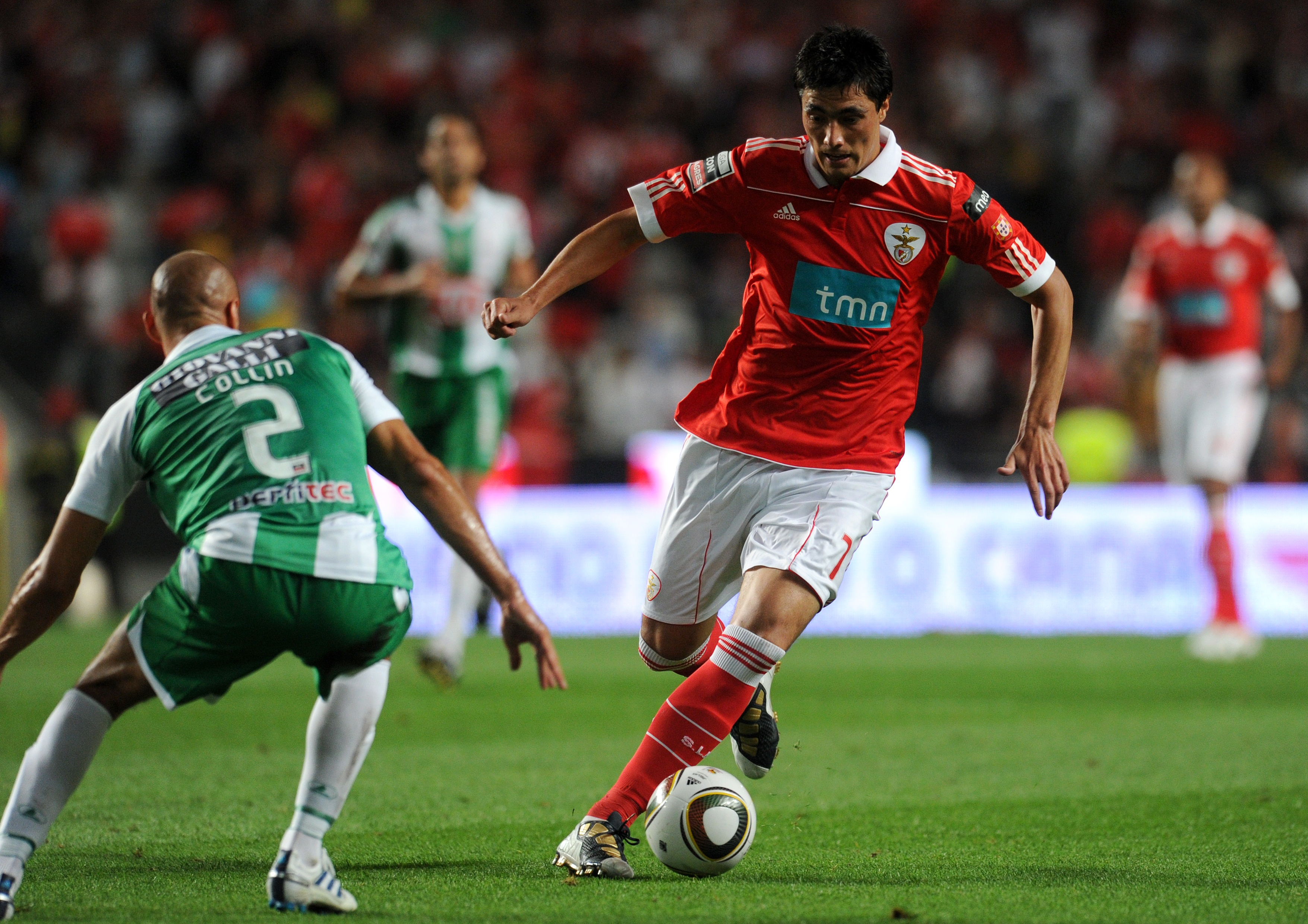 LISBON, PORTUGAL - AUGUST 28:  Oscar Cardozo of Benfica competes with Aurelien Collin of Vitoria Setubal during the Portuguese Liga match between Benfica and Vitoria Setubal at Luz Stadium on August 28, 2010 in Lisbon, Portugal.  (Photo by Patricia de Mel