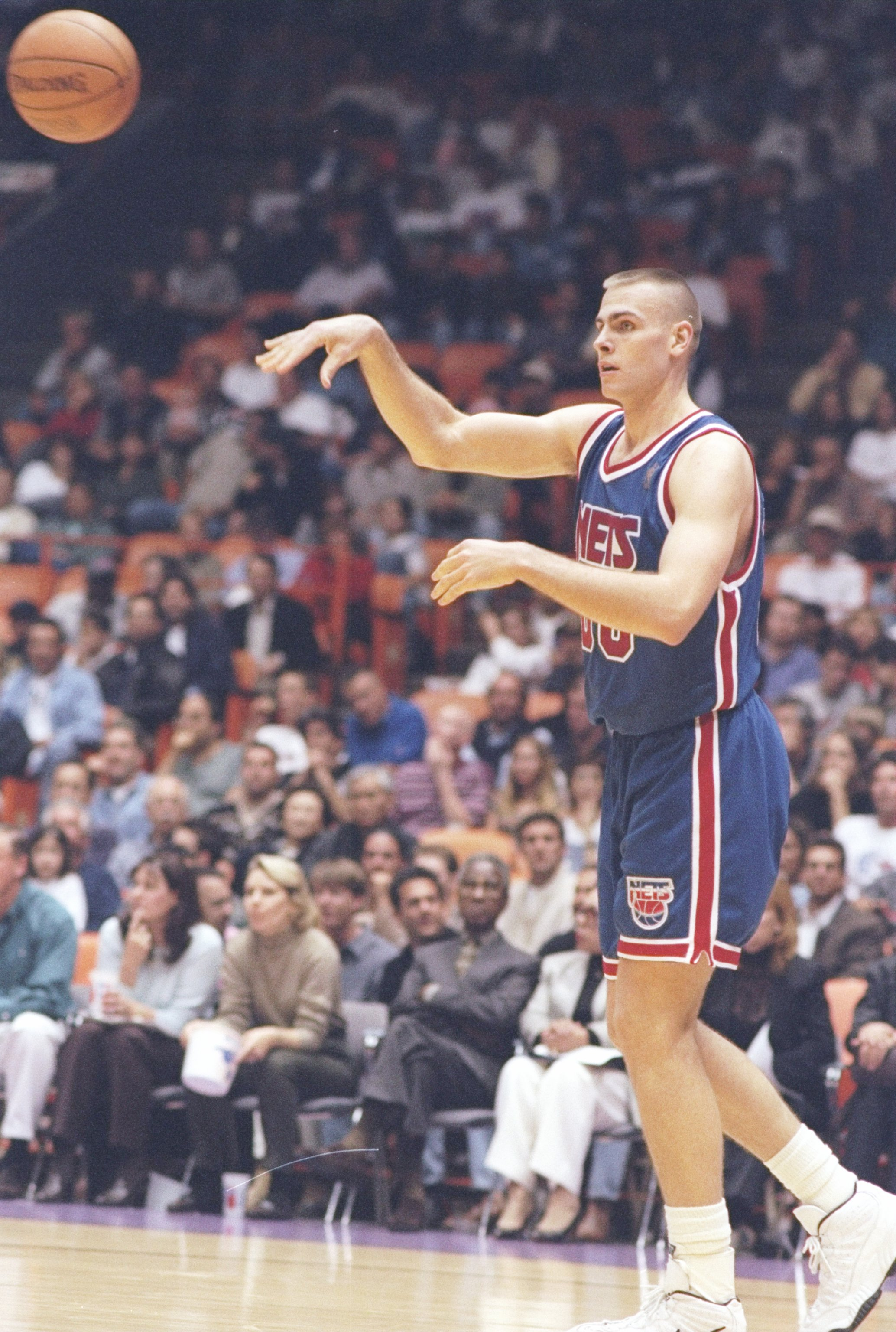 9 Mar 1997:  Center Eric Montross of the New Jersey Nets passes the ball during a game against the Los Angeles Lakers at the Great Western Forum in Inglewood, California.  The Lakers won the game 115-105. Mandatory Credit: Elsa Hasch  /Allsport