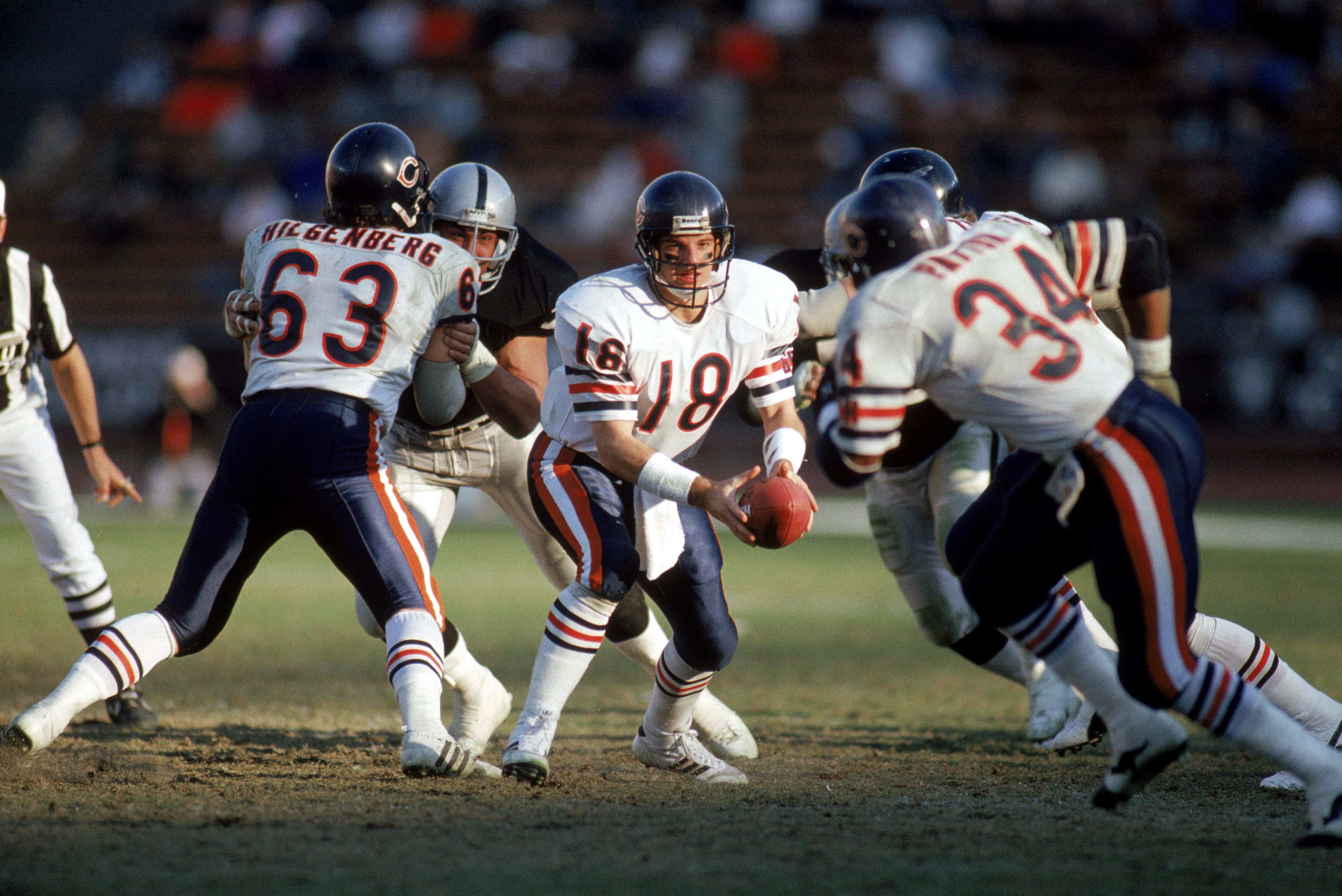 LOS ANGELES - DECEMBER 27:  Quarterback Mike Tomczak #18 pitches the ball to running back Walter Payton #34 of the Chicago Bears during a game against the Los Angeles Raiders at the Los Angeles Memorial Coliseum on December 27, 1987 in Los Angeles, Califo