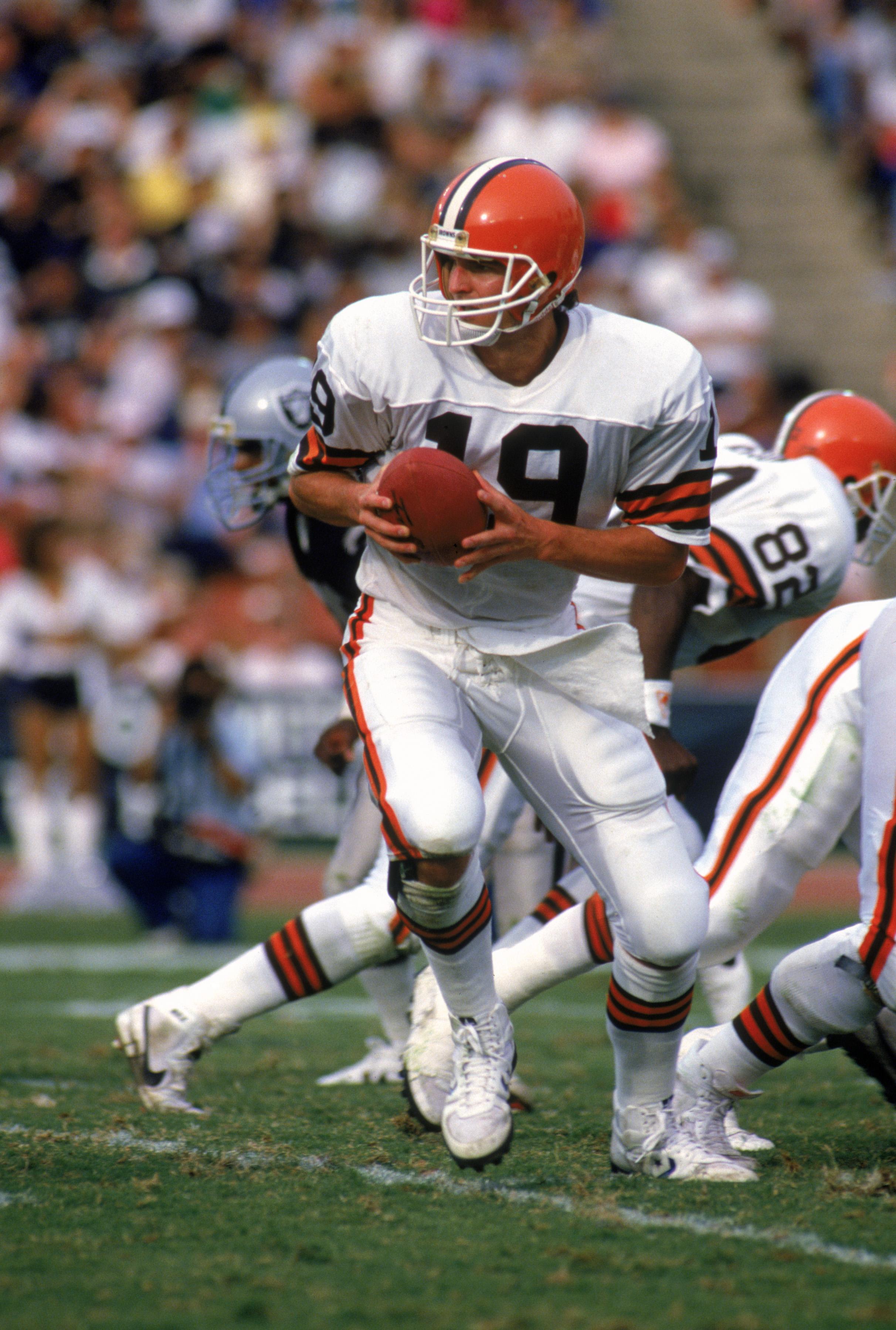 LOS ANGELES - NOVEMBER 16:  Quarterback Bernie Kosar #19 of the Cleveland Browns runs a play during a game against the Los Angeles Raiders at the Los Angeles Memorial Coliseum on November 16, 1986 in Los Angeles, California.  The Raiders won 27-14.  (Phot