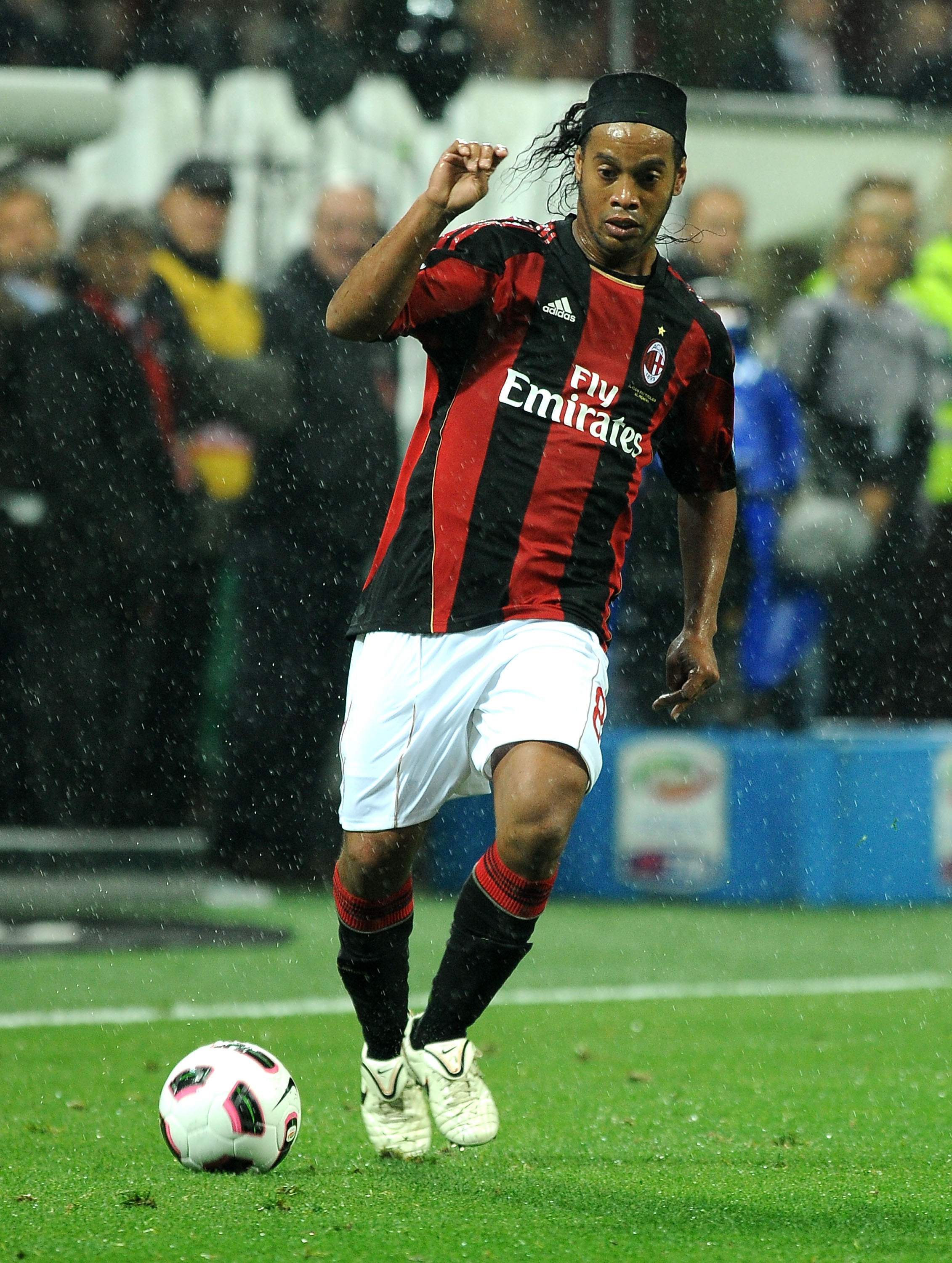 MILAN, ITALY - OCTOBER 16:  Ronaldinho of AC Milan in action during the Serie A match between AC Milan and AC Chievo Verona at Stadio Giuseppe Meazza on October 16, 2010 in Milan, Italy. (Photo by Massimo Cebrelli/Getty Images)