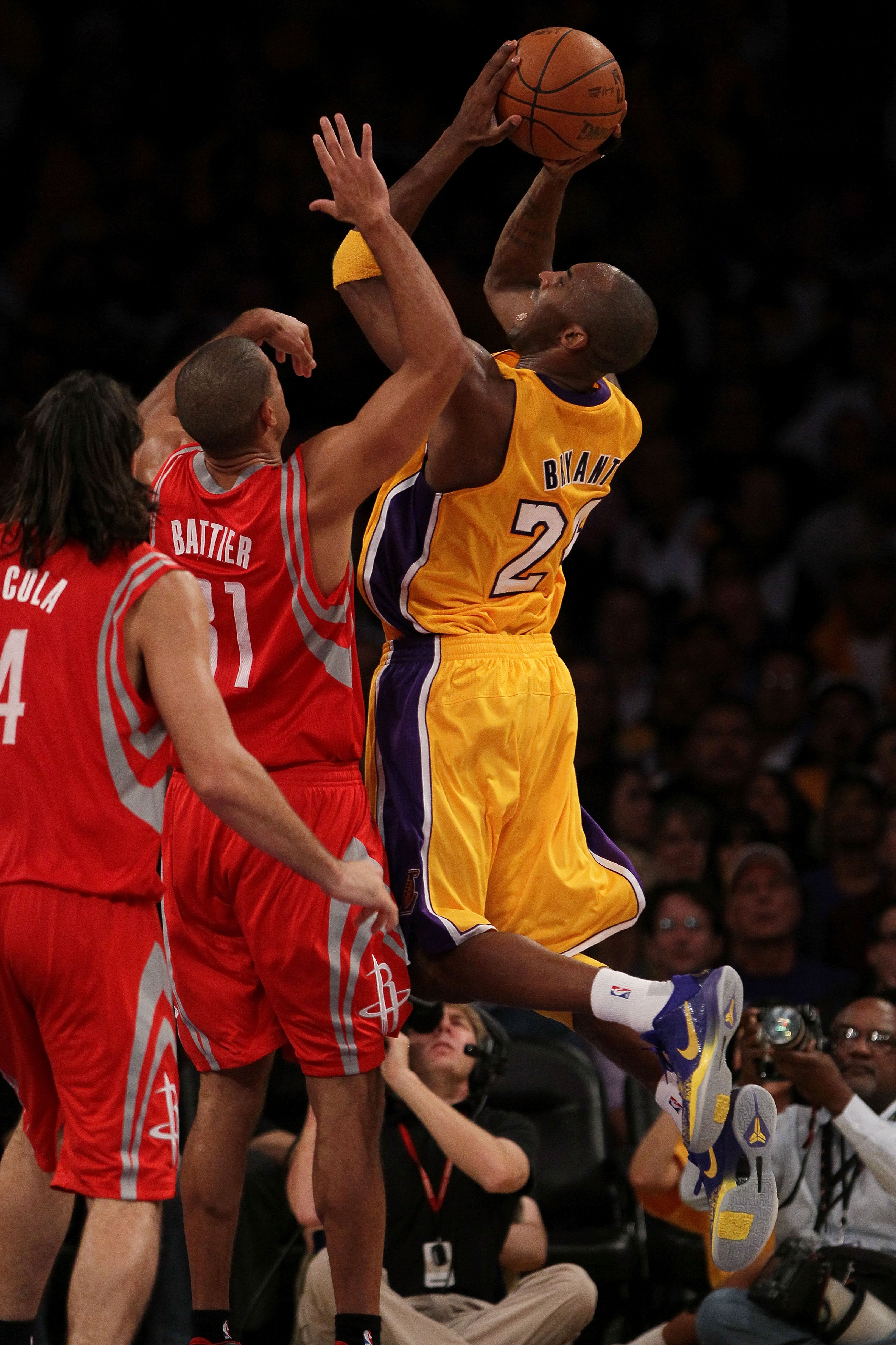 LOS ANGELES, CA - OCTOBER 26:  Kobe Bryant #24 of the Los Angeles Lakers takes a shot against the Houston Rockets during their opening night game at Staples Center on October 26, 2010 in Los Angeles, California. NOTE TO USER: User expressly acknowledges a