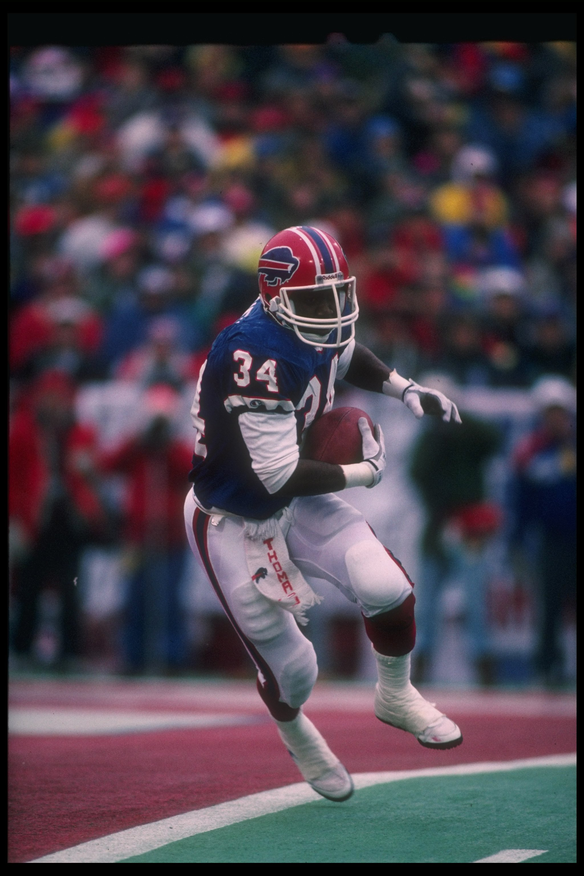 23 Dec 1990:  Running backThurman Thomas of the Buffalo Bills runs with the ball during a game against the Miami Dolphins at Rich Stadium in Orchard Park, New York.  The Bills won the game, 24-14. Mandatory Credit: Rick Stewart  /Allsport