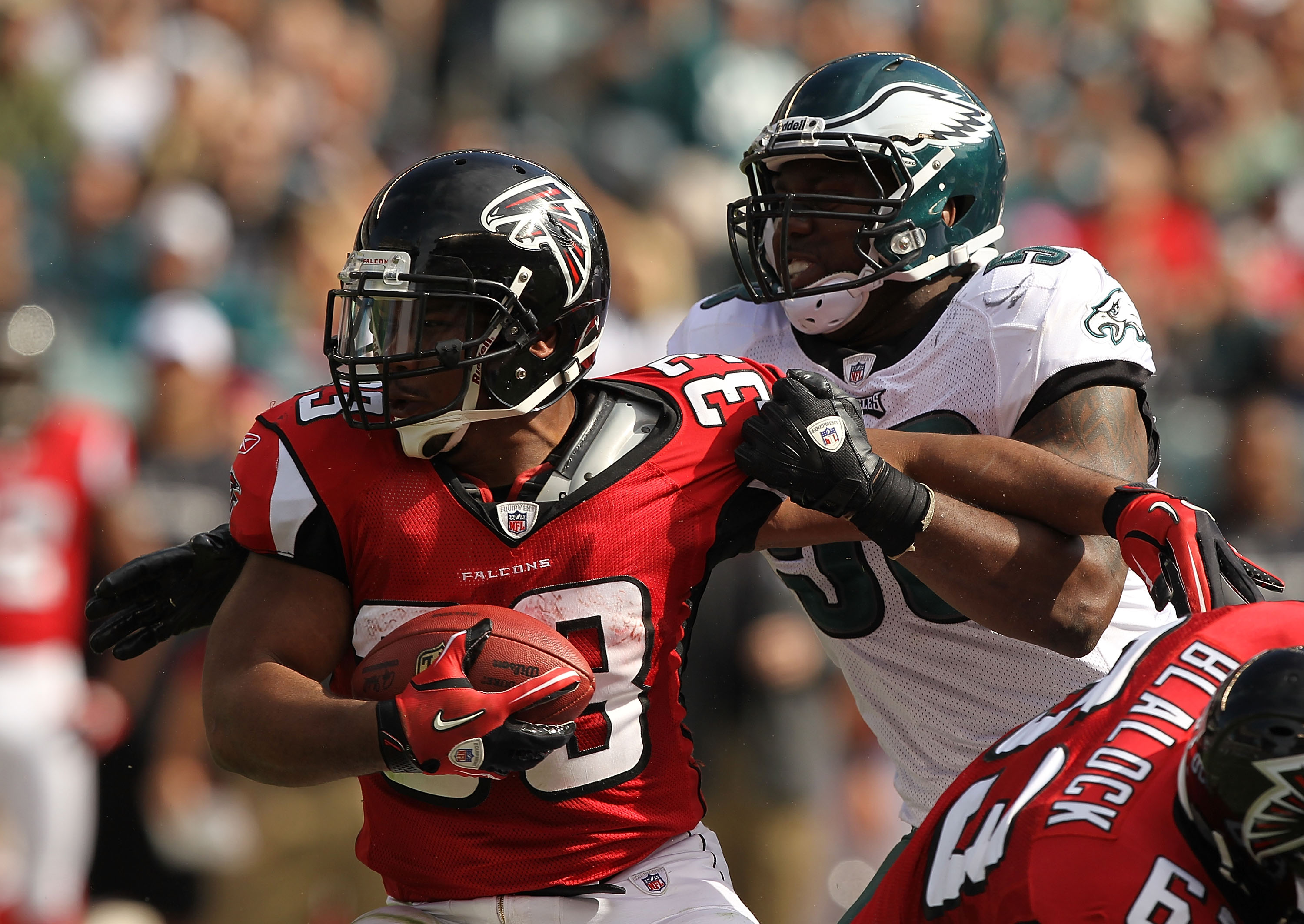 PHILADELPHIA - OCTOBER 17:  Michael Turner #33 of the Atlanta Falcons in action against  the Philadelphia Eaglesduring their game at Lincoln Financial Field on October 17, 2010 in Philadelphia, Pennsylvania.  (Photo by Al Bello/Getty Images)