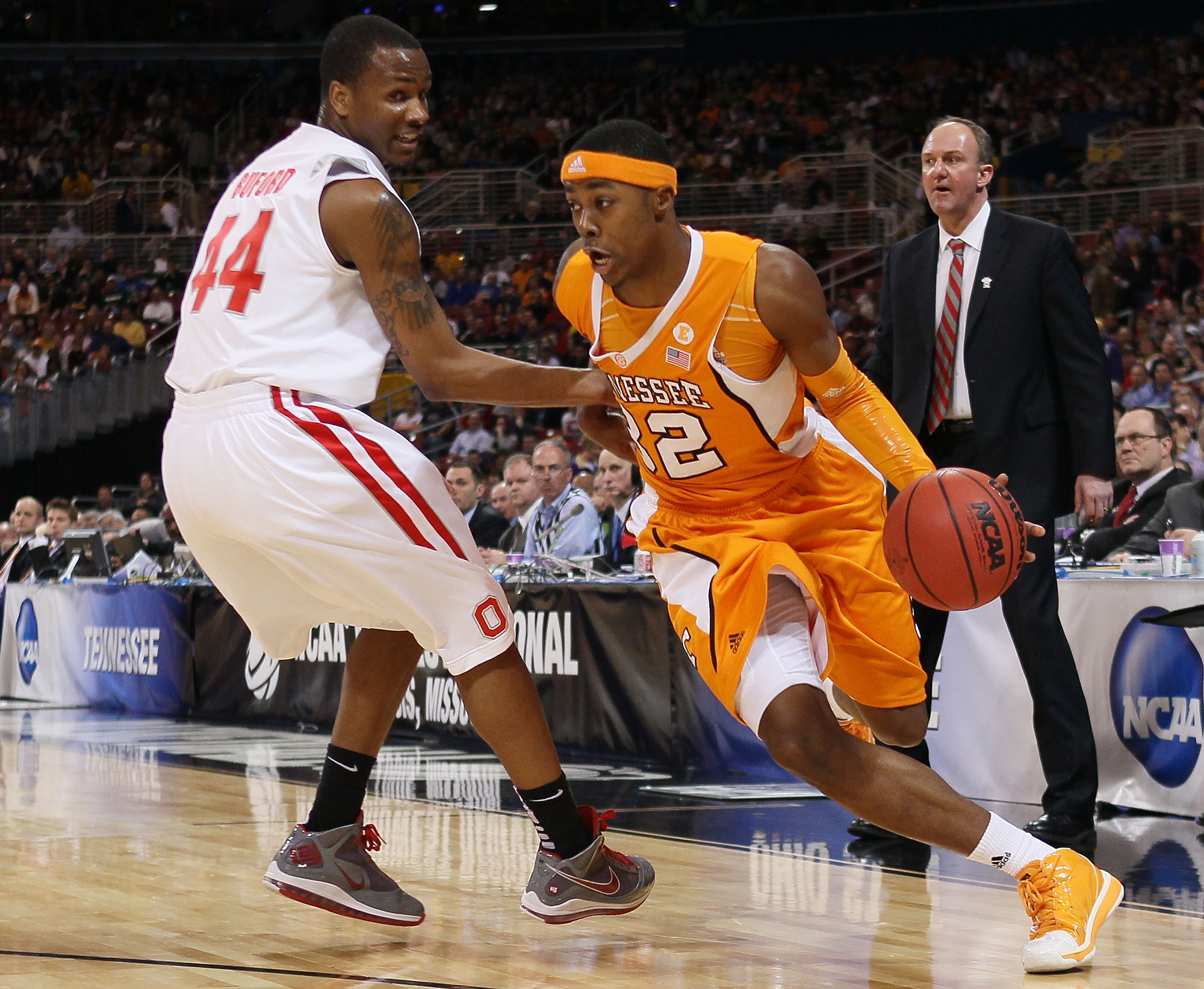 ST. LOUIS - MARCH 26:  Scotty Hopson #32 of the Tennessee Volunteers heads for the basket as William Buford #44 of the Ohio State Buckeyes defends during the midwest regional semifinal of the 2010 NCAA men's basketball tournament at the Edward Jones Dome