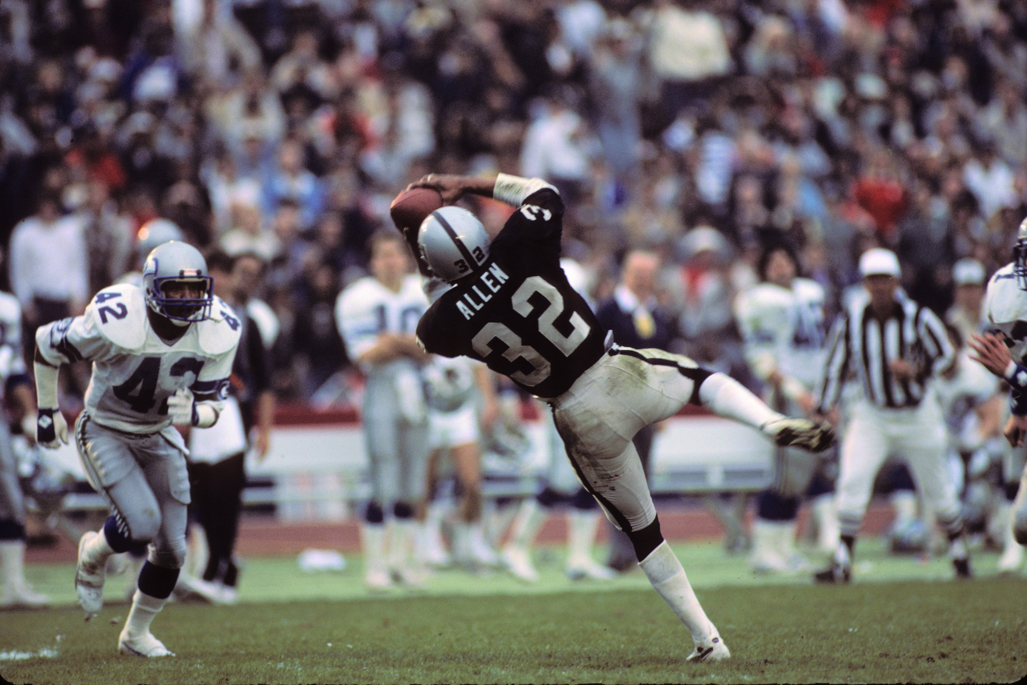 LOS ANGELES, CA - JANUARY 8:  Marcus Allen #32 of the Los Angeles Raiders catches a pass during the AFC Championship game against the Seattle Seahawks at the Los Angeles Memorial Coliseum on January 8, 1984 in Los Angeles, California.  The Raiders won 30-