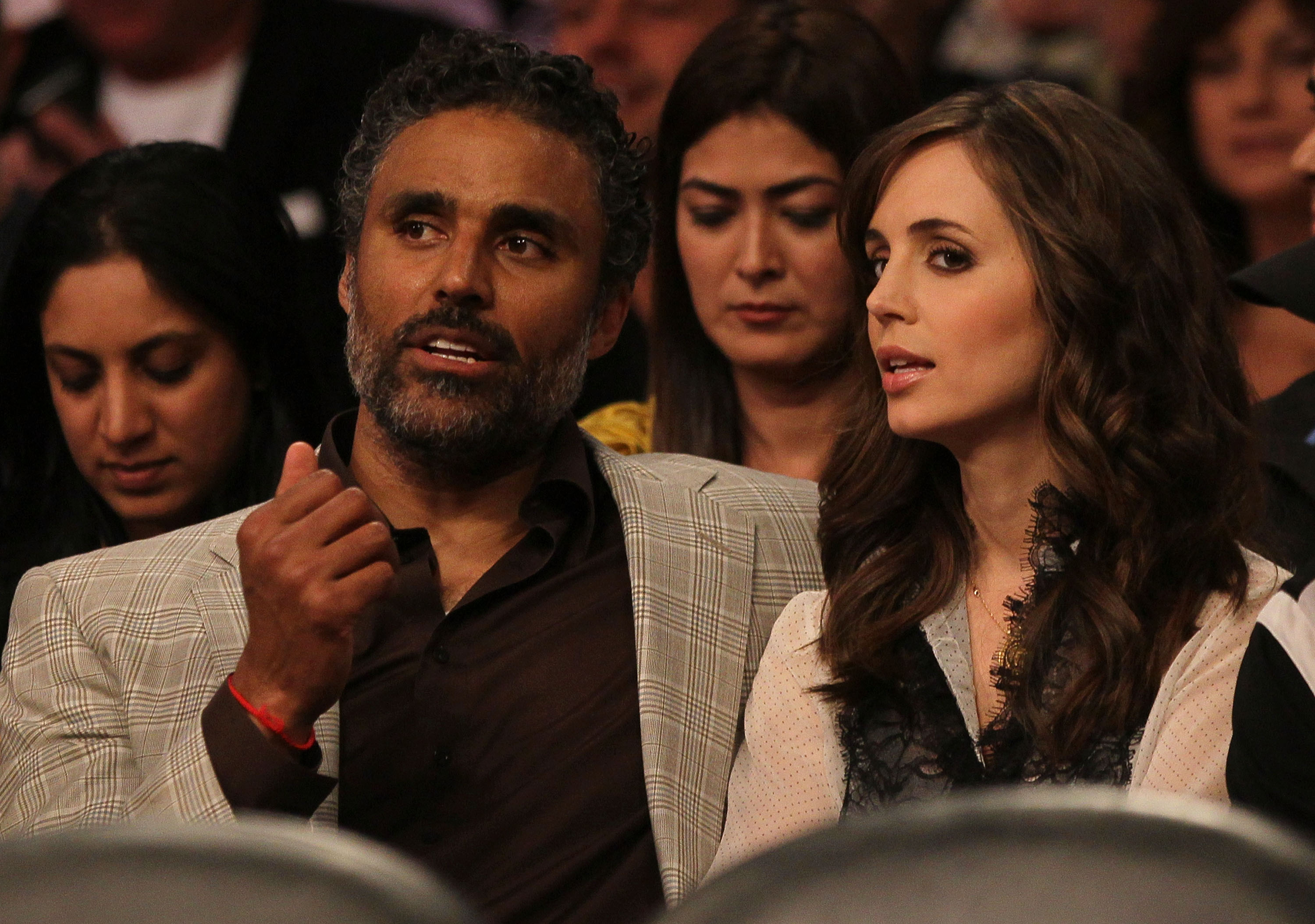 LOS ANGELES, CA - MAY 19:  Former NBA star Rick Fox and actress Eliza Dushku watch the Los Angeles Lakers play the Phoenix Suns in Game Two of the Western Conference Finals during the 2010 NBA Playoffs at Staples Center on May 19, 2010 in Los Angeles, Cal