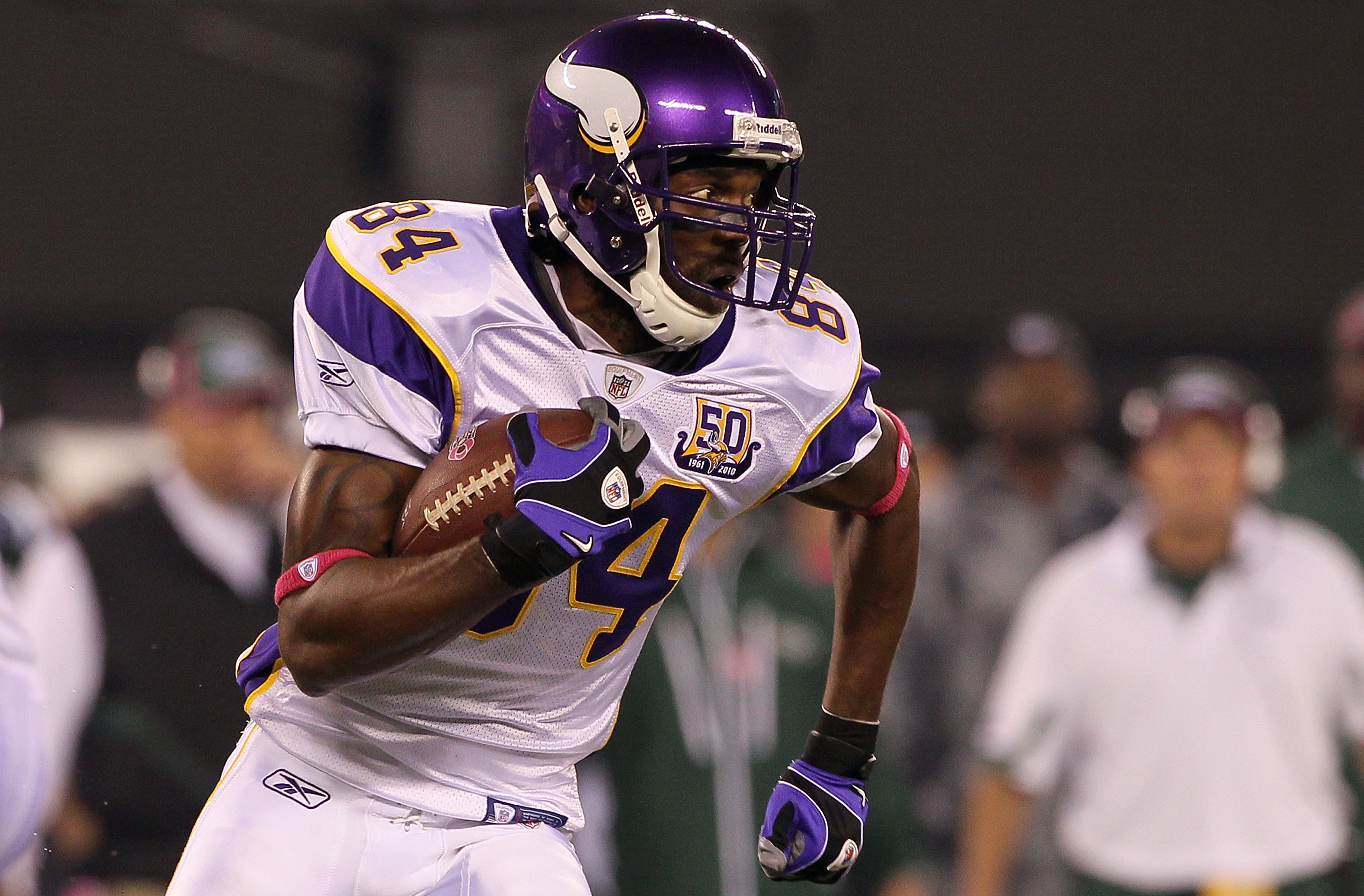 EAST RUTHERFORD, NJ - OCTOBER 11:  Randy Moss #84 of the Minnesota Vikings runs with the ball in the first quarter against the New York Jets at New Meadowlands Stadium on October 11, 2010 in East Rutherford, New Jersey.  (Photo by Jim McIsaac/Getty Images
